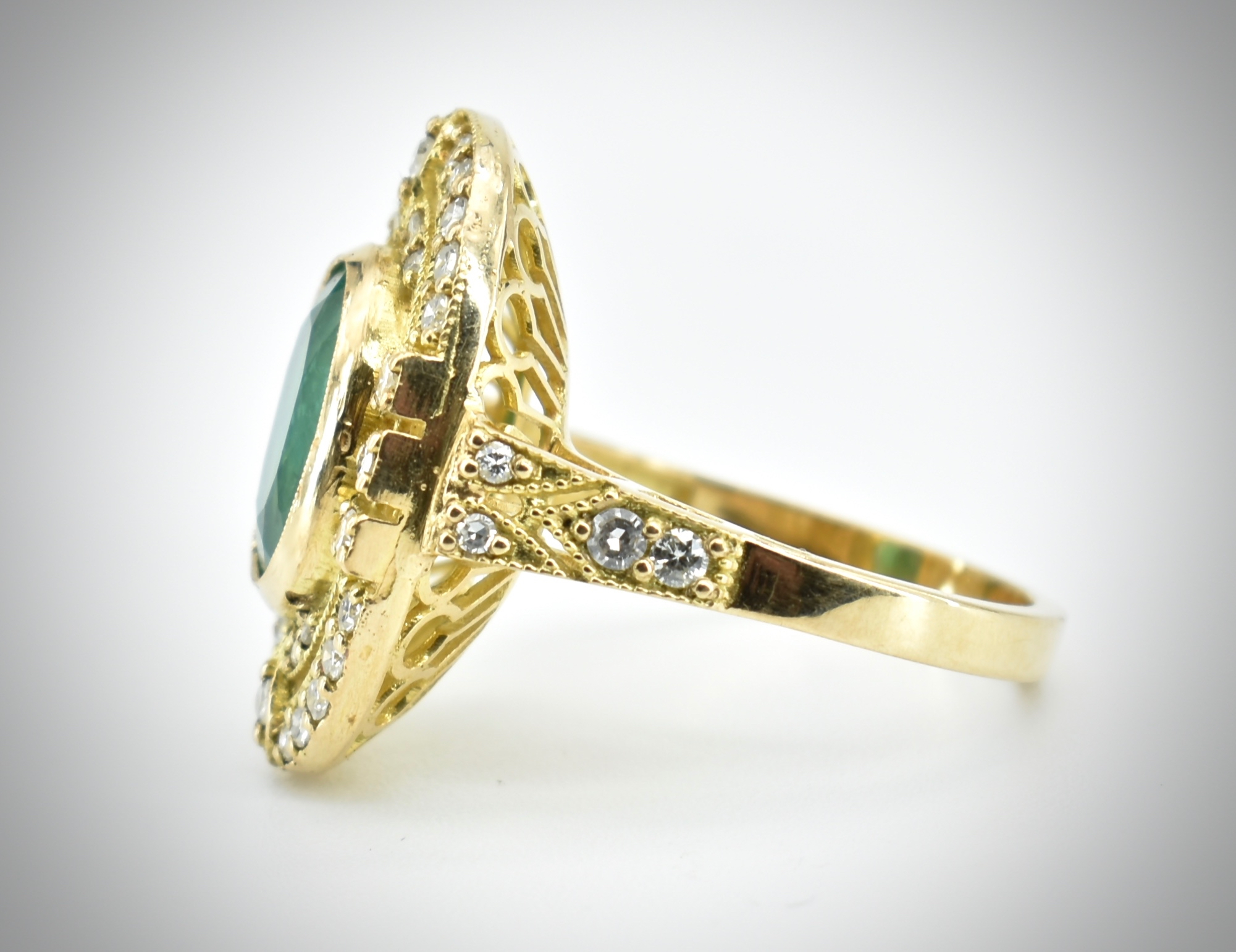 AN 18CT GOLD EMERALD & DIAMOND RING - Image 5 of 5