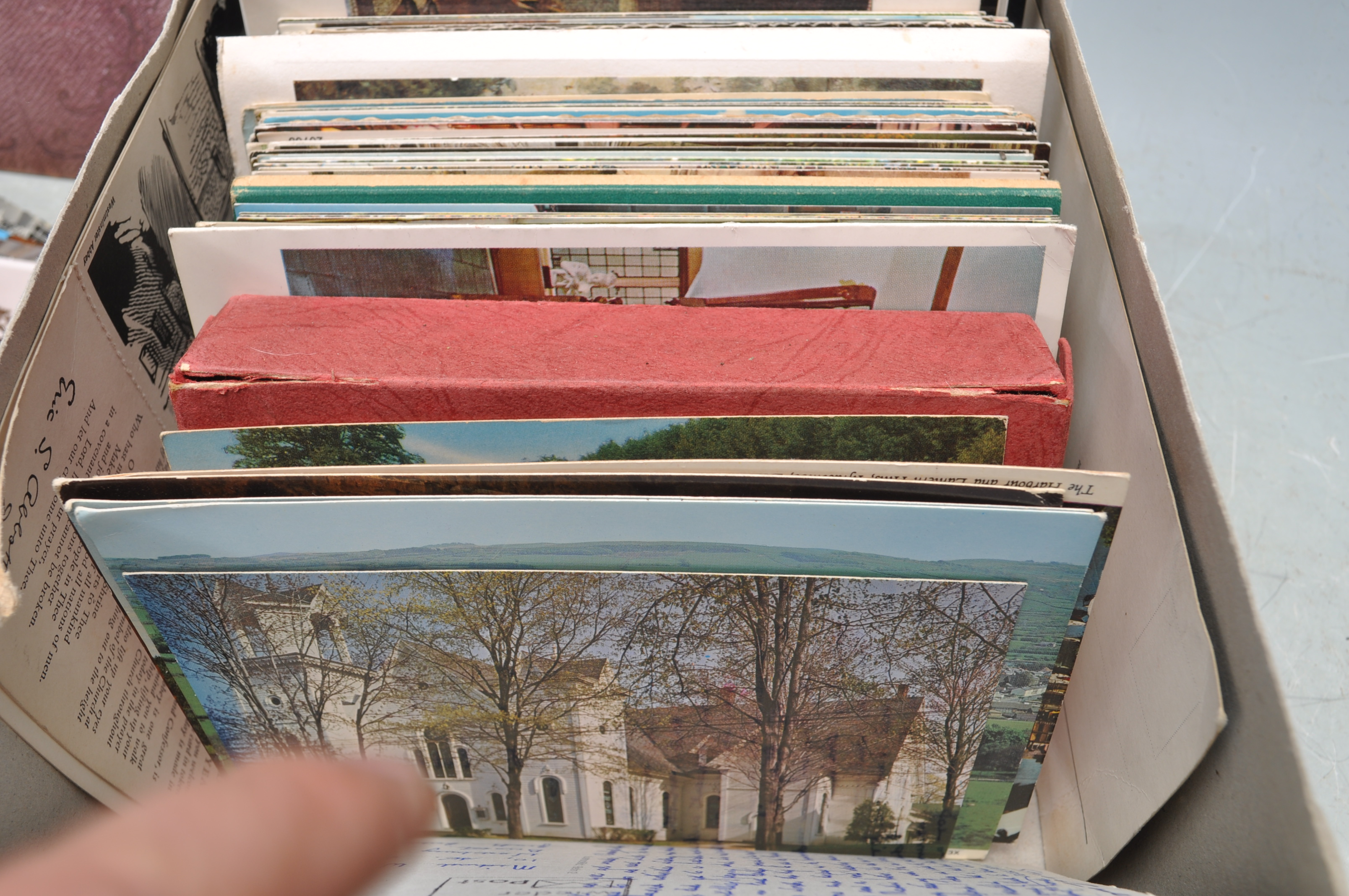 A SHOE BOX OF VINTAGE POSTCARDS - Image 6 of 8