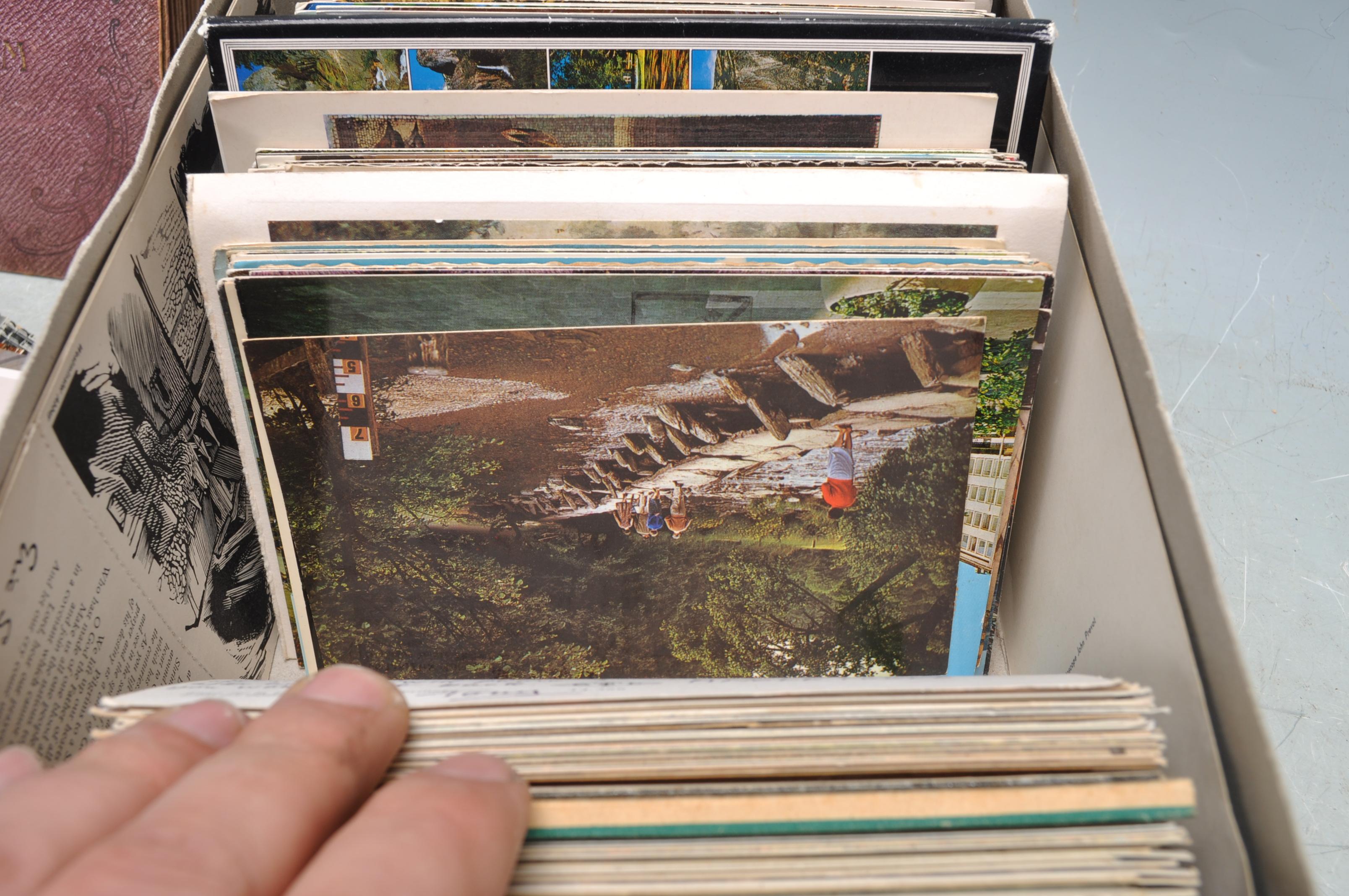 A SHOE BOX OF VINTAGE POSTCARDS - Image 7 of 8