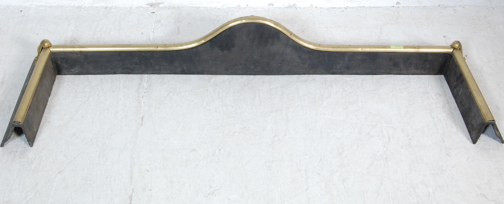 20TH CENTURY ART NOUVEAU STYLE BRASS AND IRON FIRE FENDER - Image 5 of 5