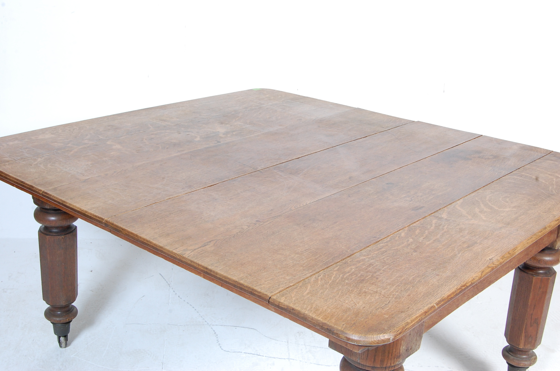 19TH CENTURY VICTORIAN OAK EXTENDING DINING TABLE - Image 3 of 7