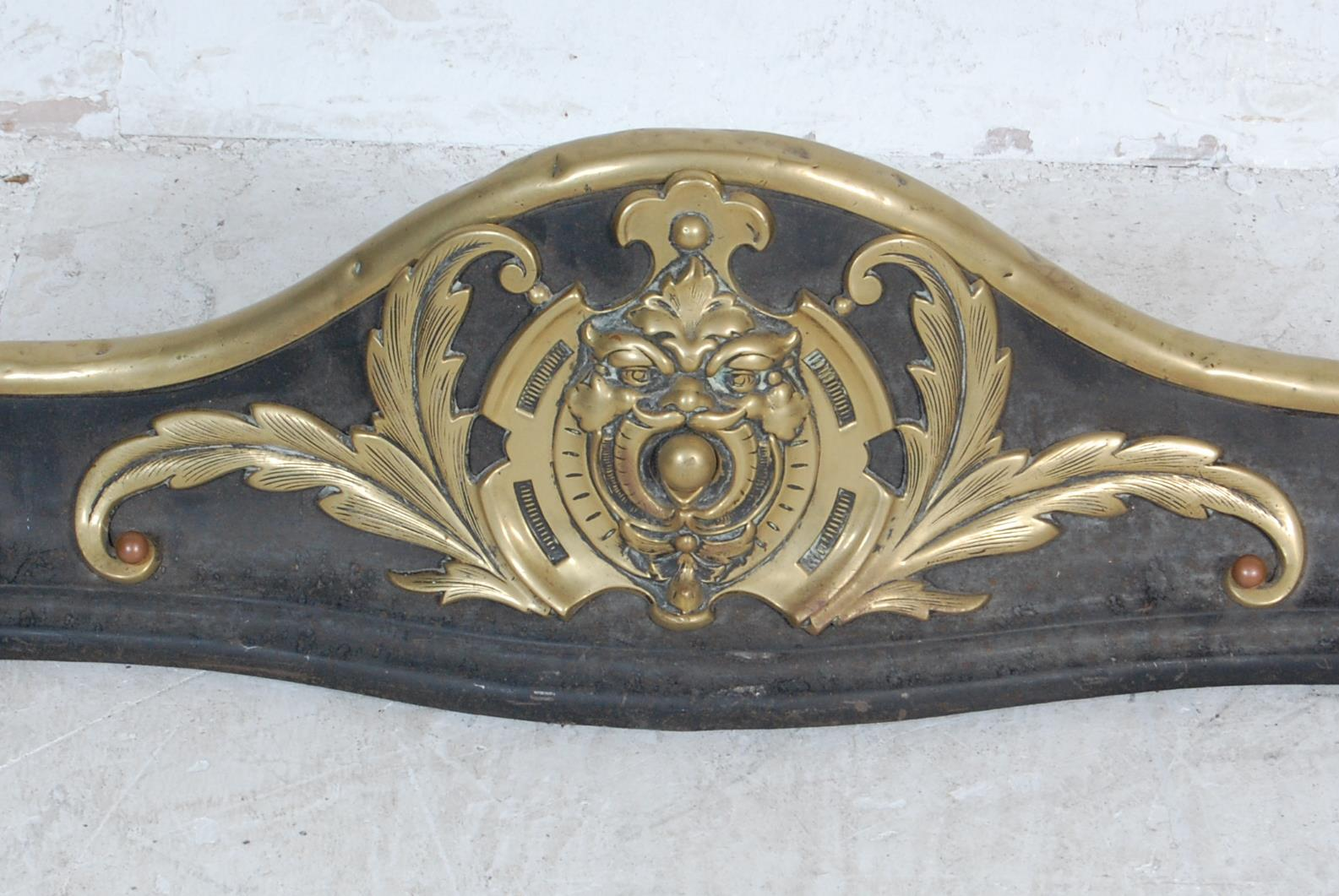20TH CENTURY ART NOUVEAU STYLE BRASS AND IRON FIRE FENDER - Image 2 of 5