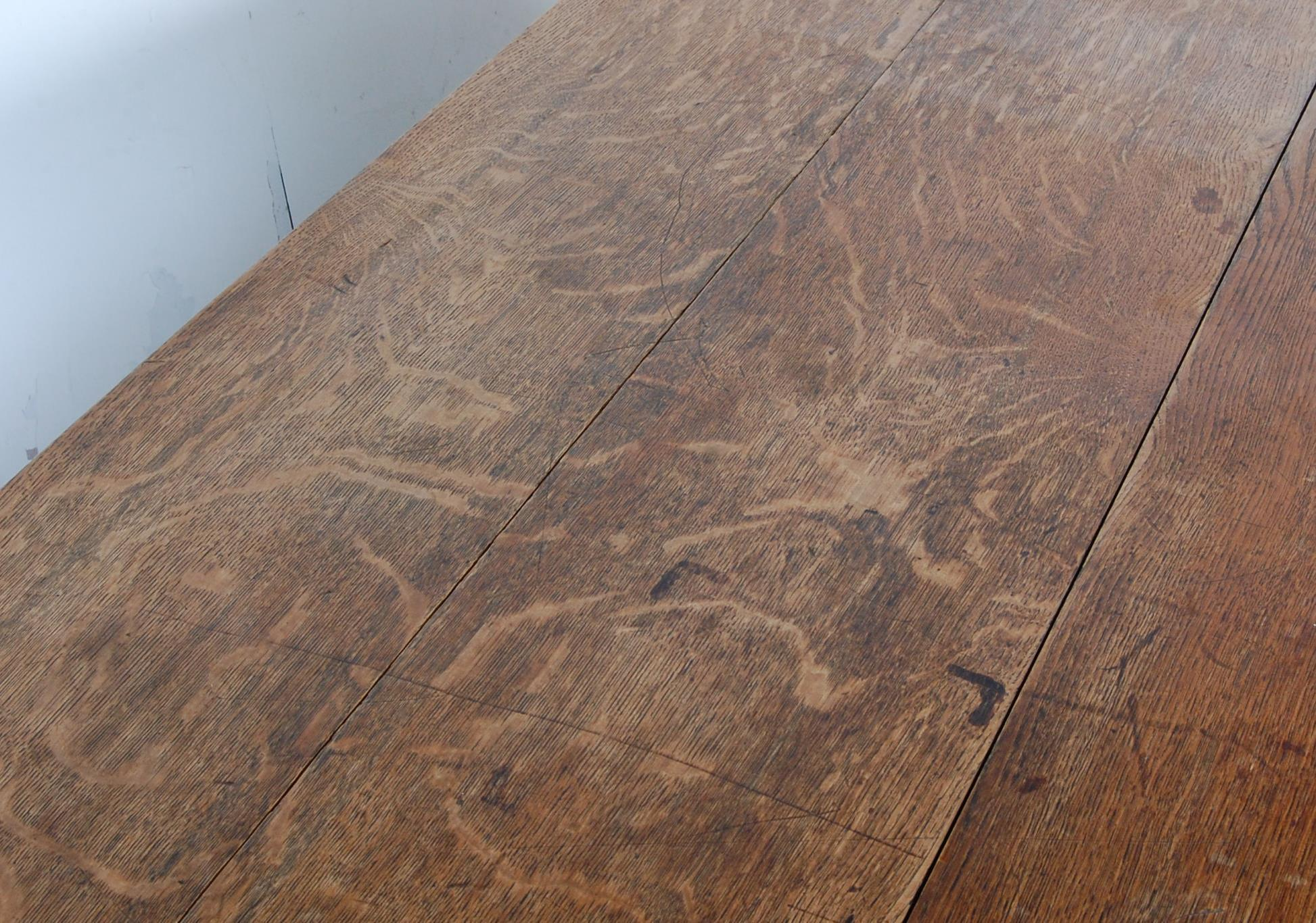 19TH CENTURY VICTORIAN OAK EXTENDING DINING TABLE - Image 4 of 7