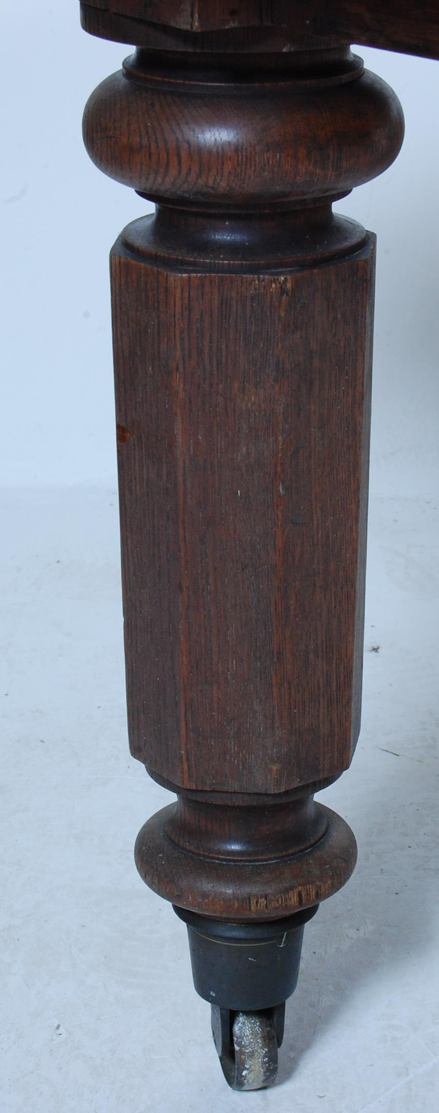 19TH CENTURY VICTORIAN OAK EXTENDING DINING TABLE - Image 7 of 7
