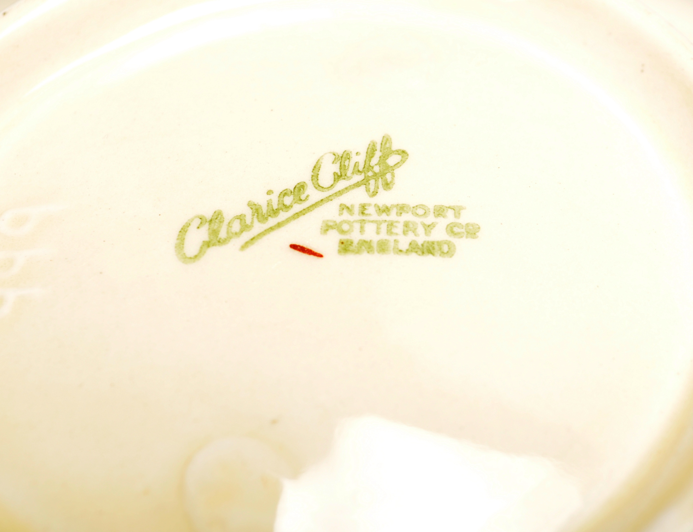 VINTAGE MID 20TH CENTURY CLARICE CLIFF BOWL WITH OTHERS - Image 6 of 8