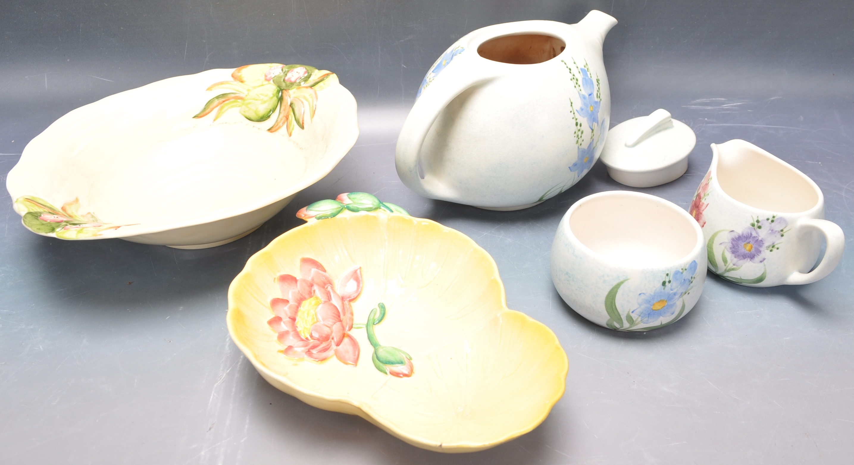 VINTAGE MID 20TH CENTURY CLARICE CLIFF BOWL WITH OTHERS - Image 2 of 8