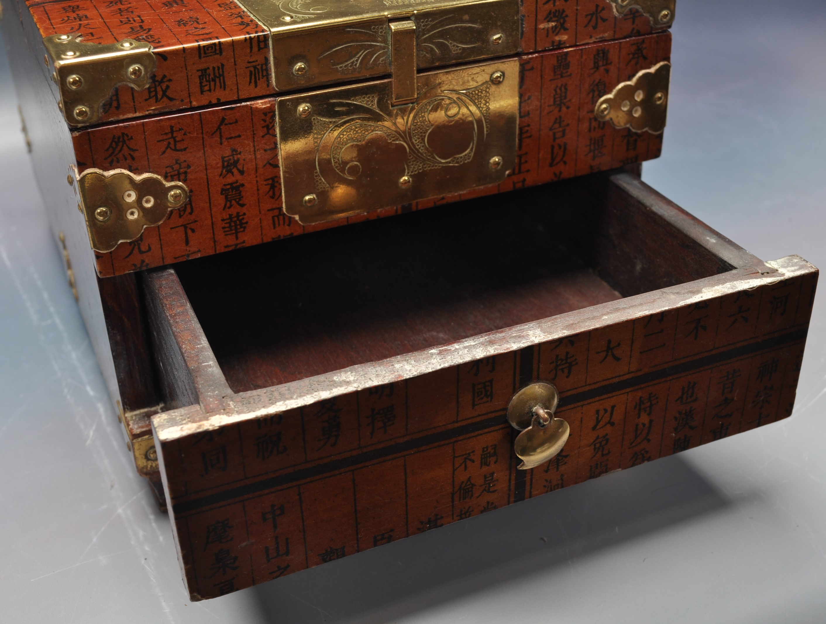 20TH CENTURY CHINESE LACQUER & BRASS BOUND CASKET - Image 2 of 4
