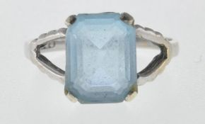 STAMPED 9CT WHITE GOLD AND BLUE STONE RING.