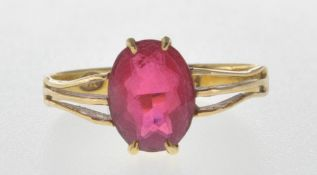 18CT GOLD HALLMARKED RING SET WITH A RED STONE.