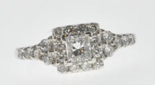 WHITE GOLD AND DIAMOND CLUSTER RING.
