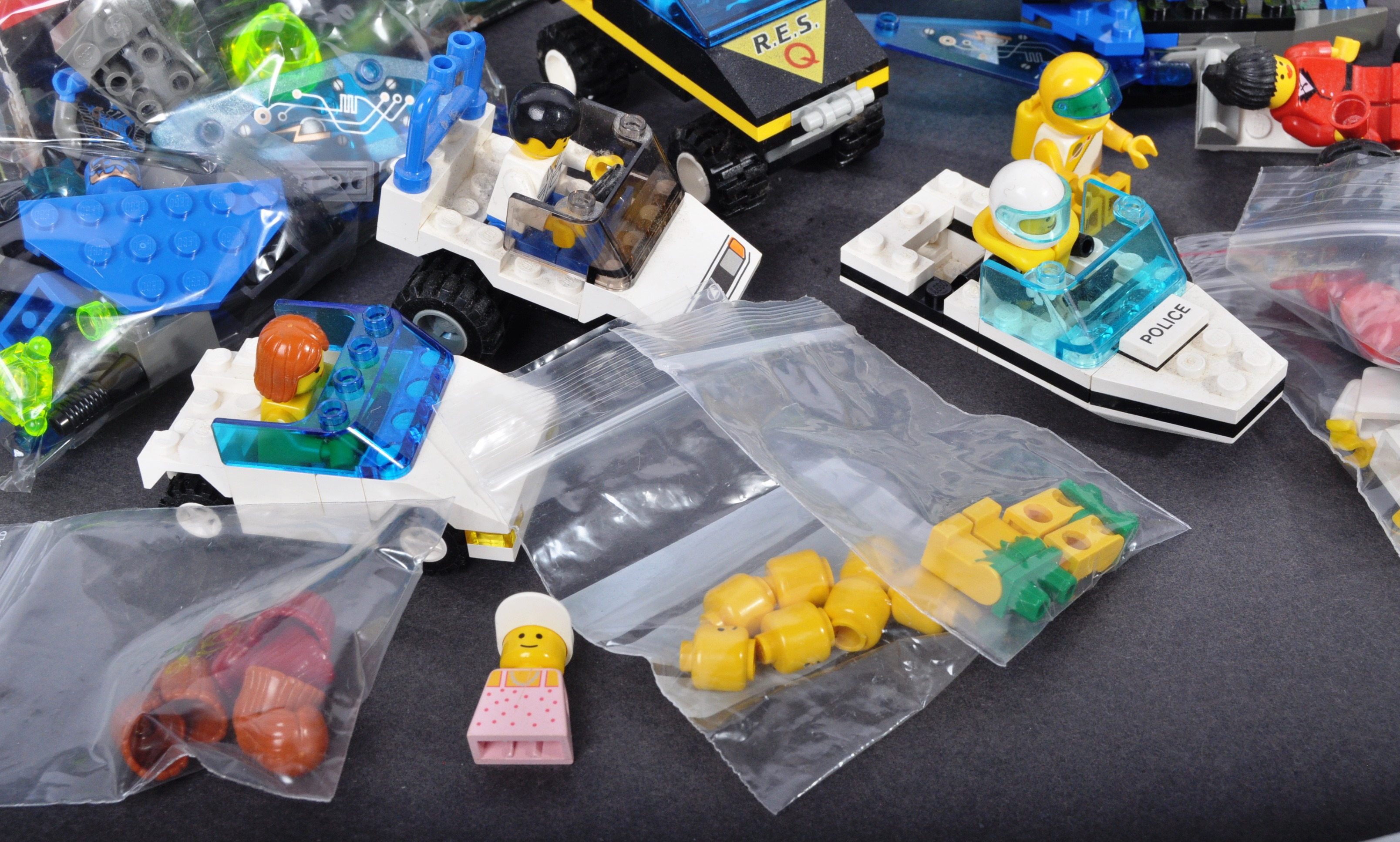 COLLECTION OF ASSORTED VINTAGE MINI LEGO SETS & MINIFIGURES - Image 10 of 10