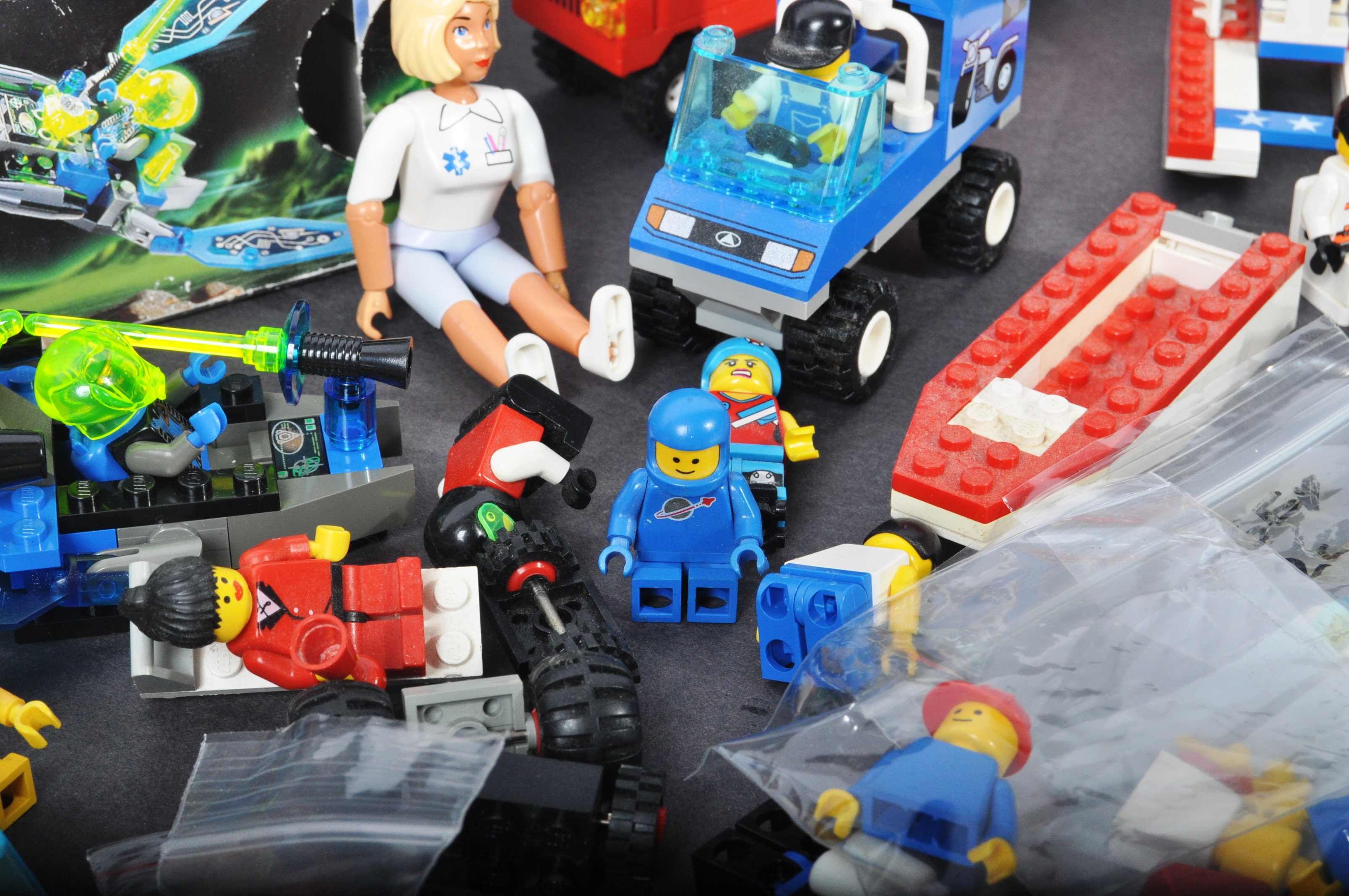 COLLECTION OF ASSORTED VINTAGE MINI LEGO SETS & MINIFIGURES - Image 9 of 10