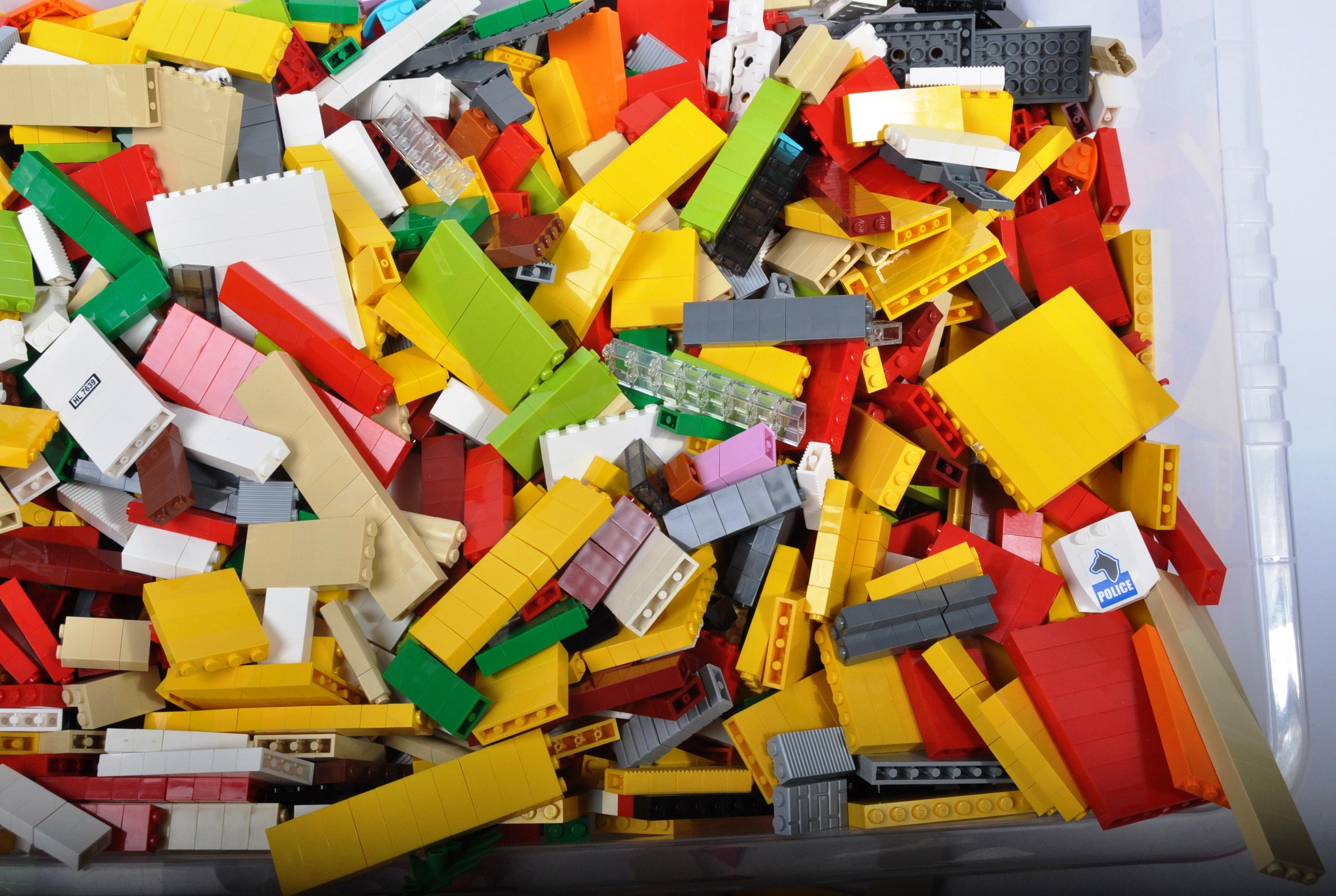 LARGE QUANTITY OF ASSORTED LOOSE LEGO BRICKS - Image 3 of 5