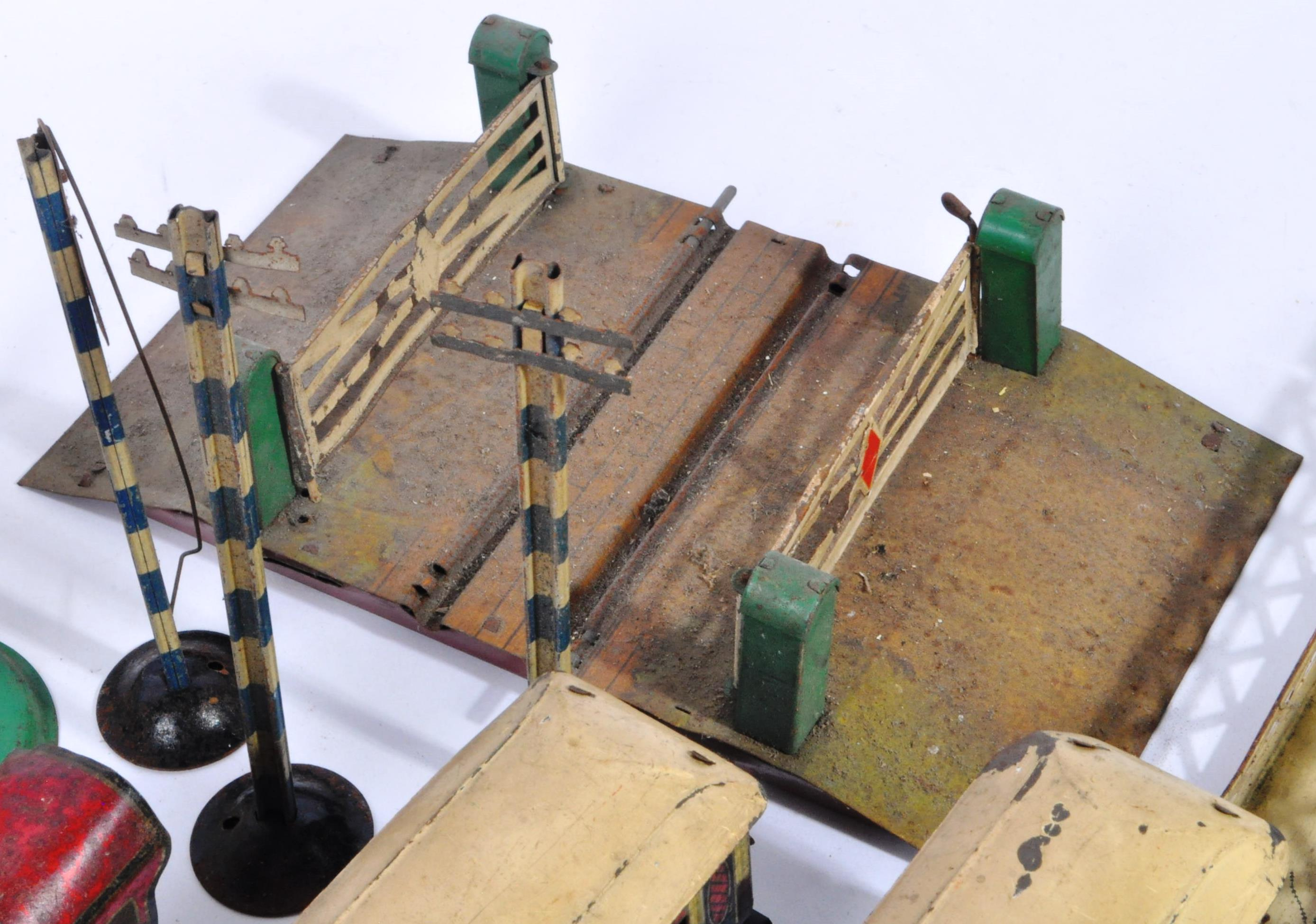 COLLECTION OF ASSORTED VINTAGE O GAUGE MODEL RAILWAY ITEMS - Image 8 of 8