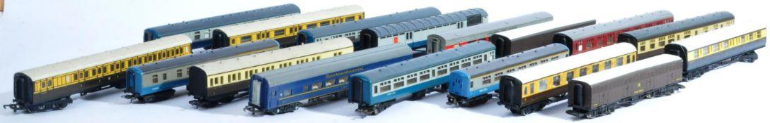 MODEL RAILWAYS - 00 GAUGE TRAINSET COACHES
