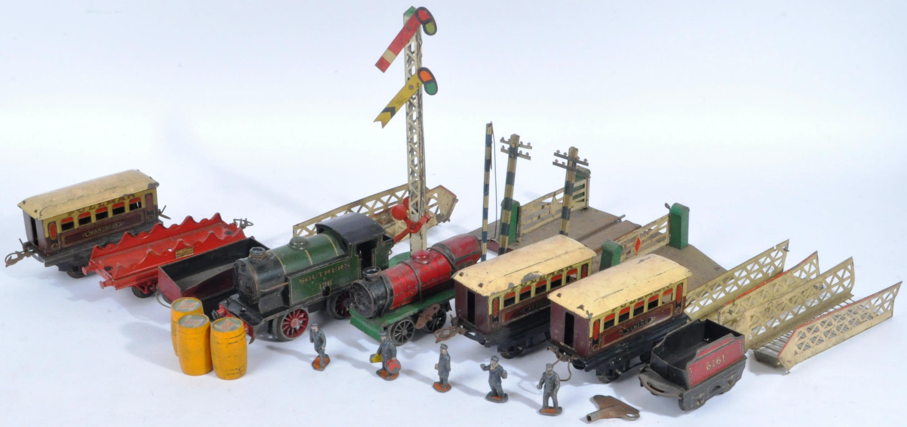 COLLECTION OF ASSORTED VINTAGE O GAUGE MODEL RAILWAY ITEMS