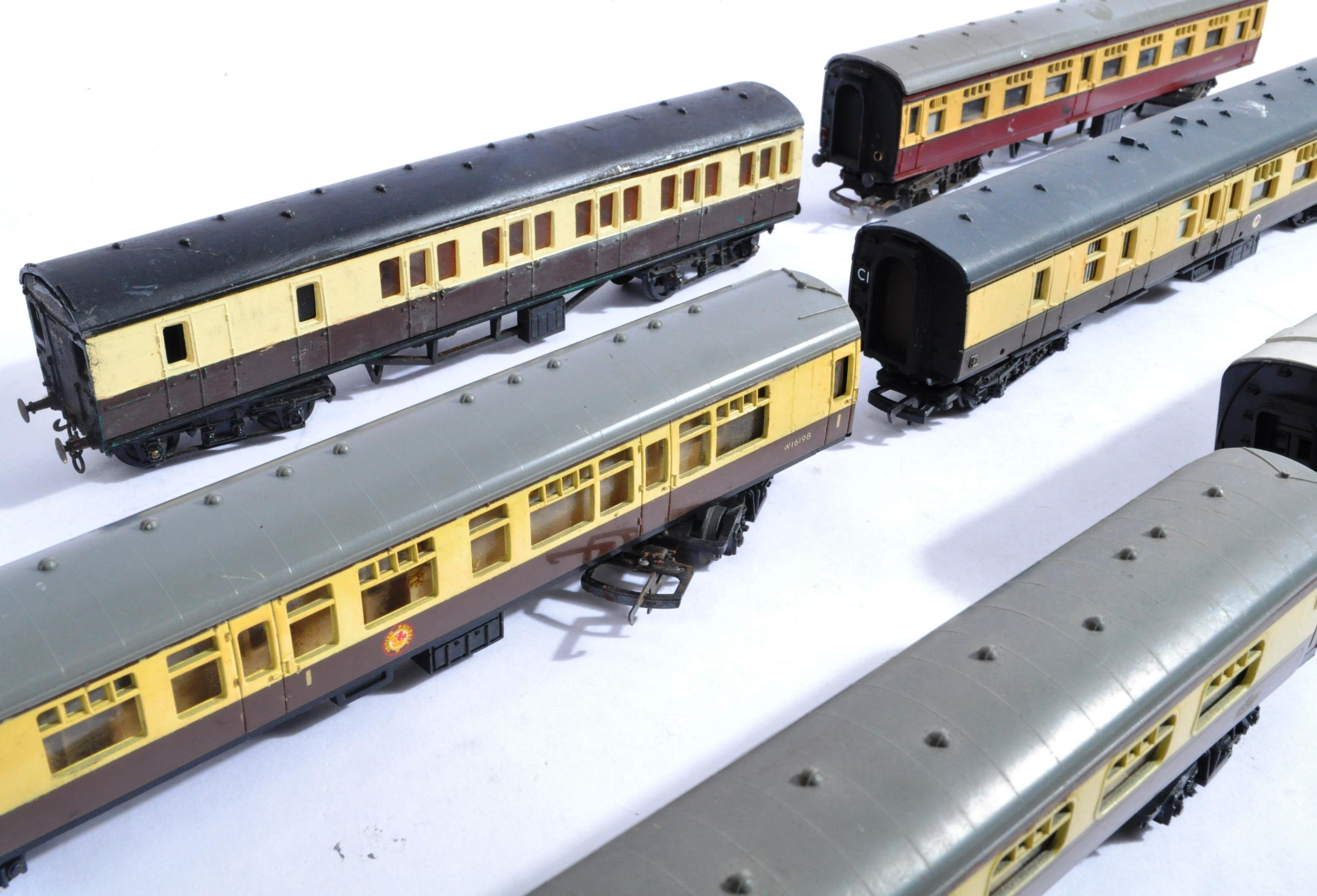 MODEL RAILWAYS - COLLECTION OF 00 GAUGE COACHES - Image 5 of 5