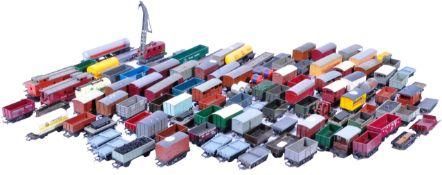 MODEL RAILWAYS - LARGE COLLECTION OF 00 GAUGE MODEL RAILWAY WAGONS