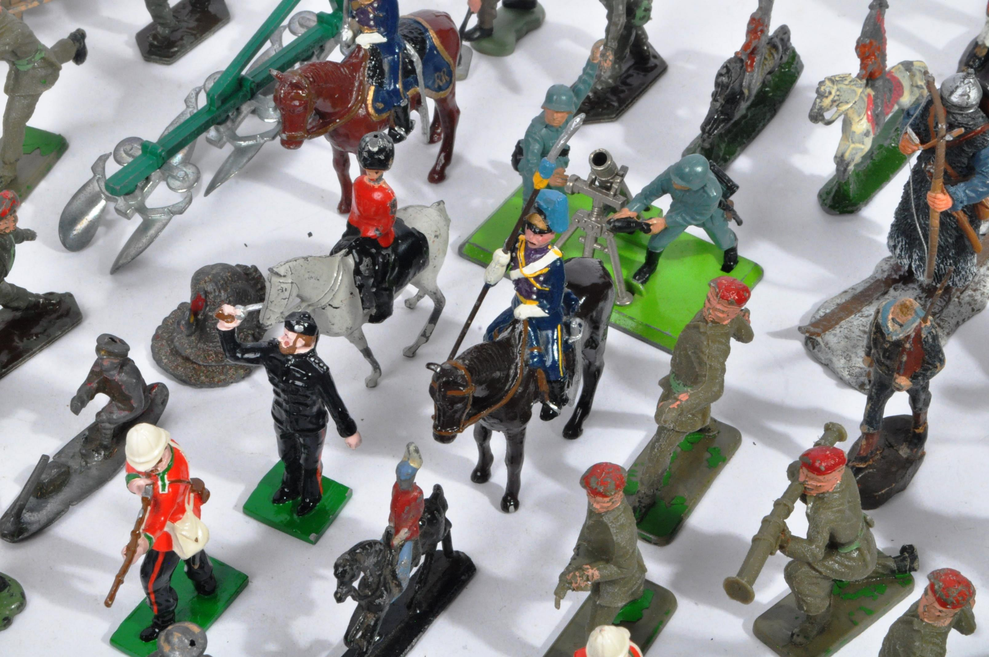 LARGE COLLECTION OF ASSORTED LEAD TOY SOLDIERS - Image 6 of 10