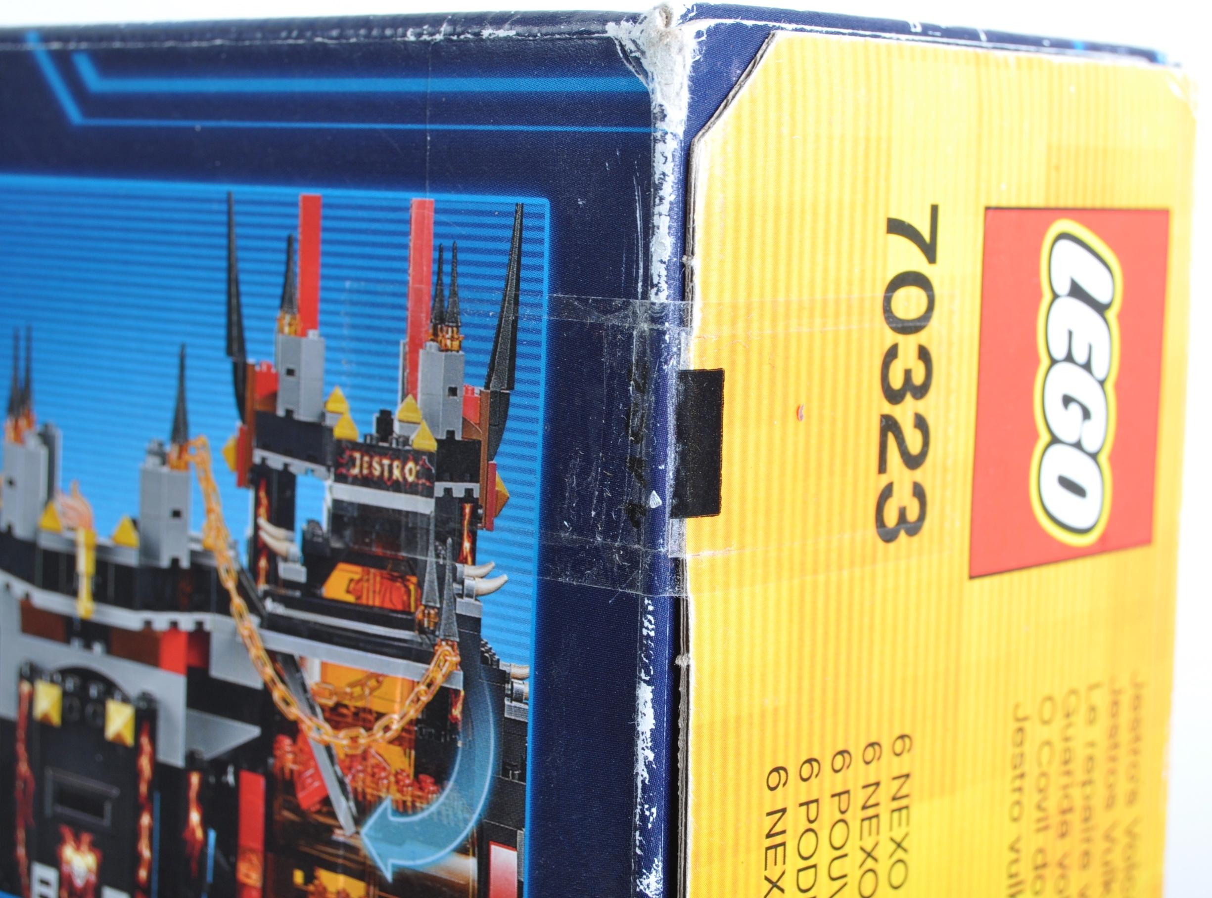 LEGO SET - NEXO KNIGHTS - 70323 JESTRO'S VOLCANO LAIR - Image 4 of 4