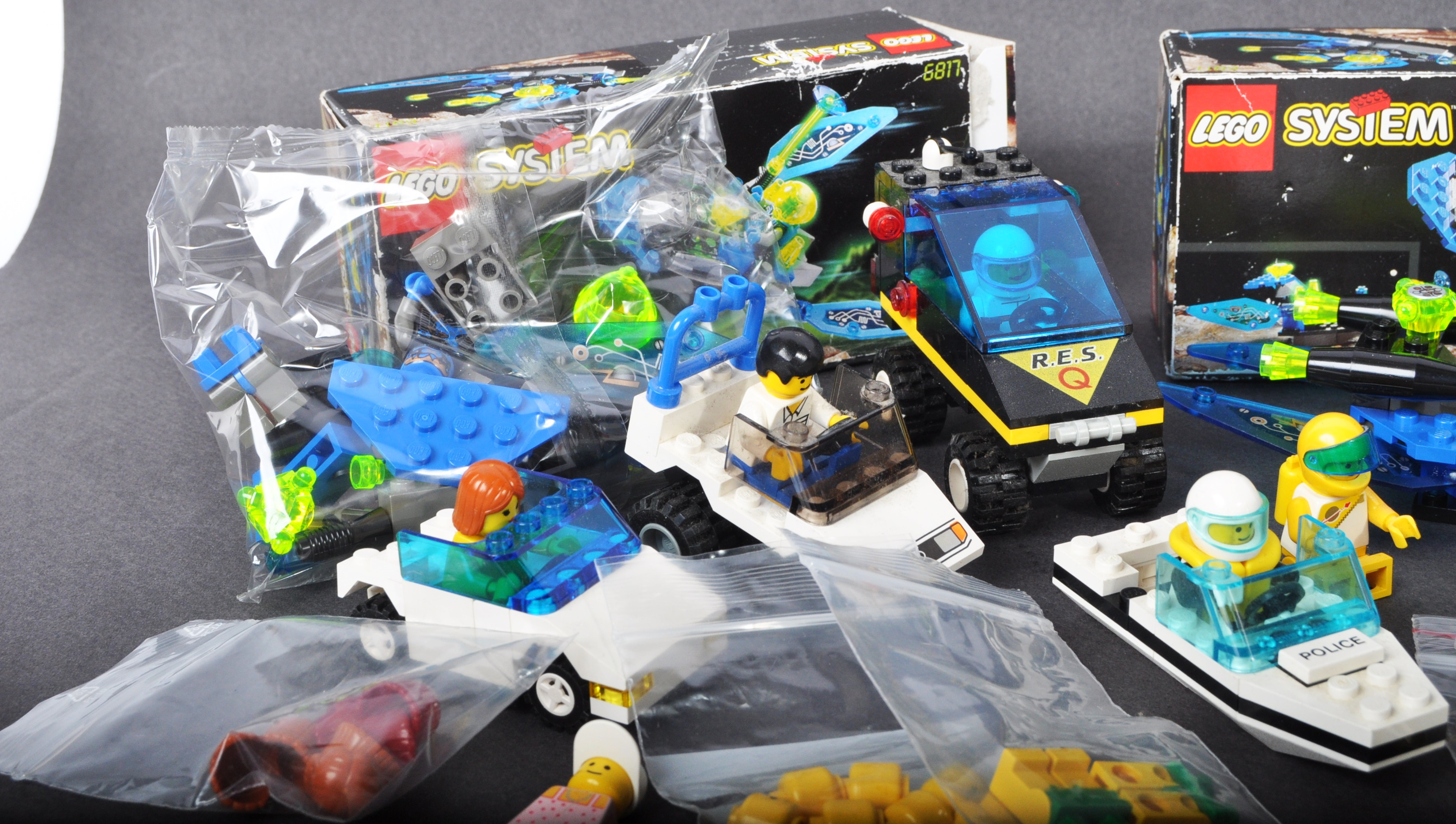 COLLECTION OF ASSORTED VINTAGE MINI LEGO SETS & MINIFIGURES - Image 2 of 10