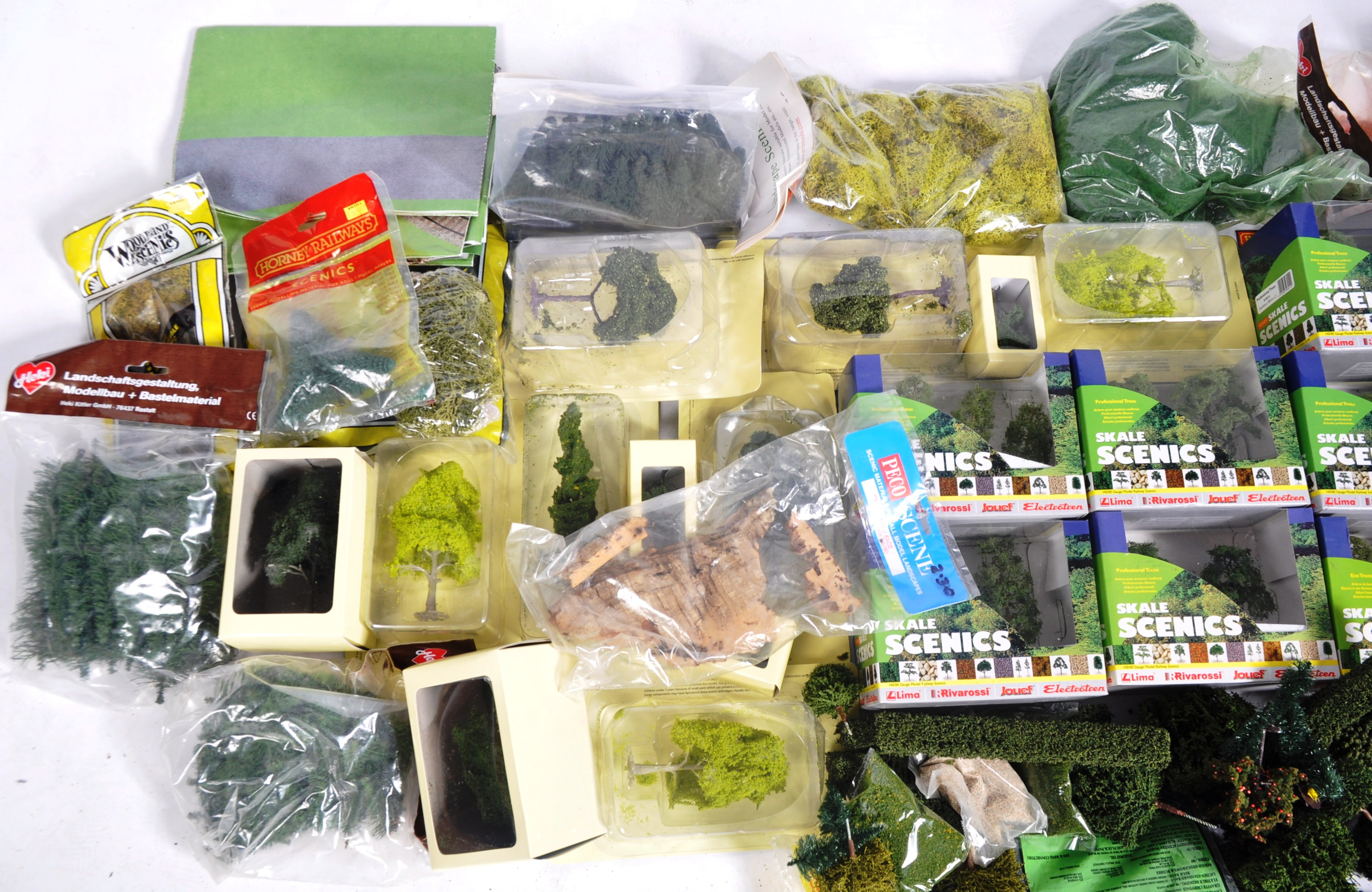 LARGE COLLECTION OF ASSORTED MODEL RAILWAY TRACKSIDE - Image 5 of 6