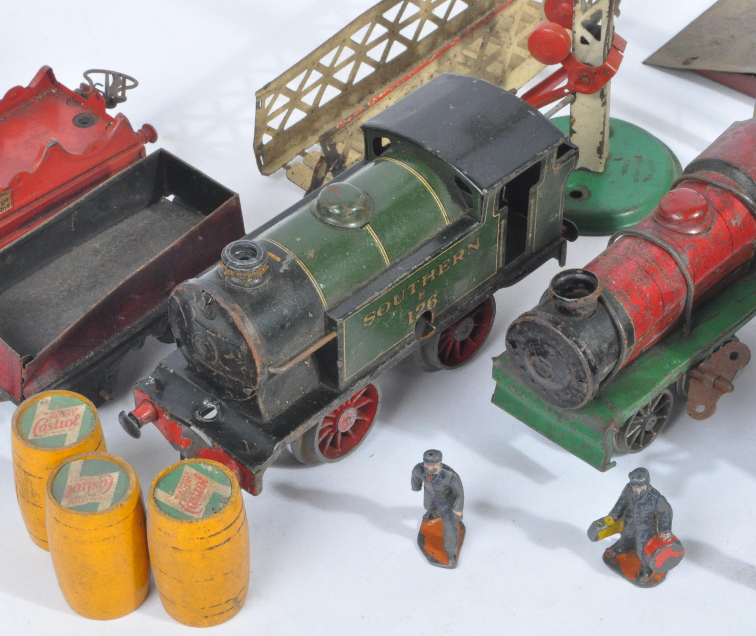 COLLECTION OF ASSORTED VINTAGE O GAUGE MODEL RAILWAY ITEMS - Image 4 of 8