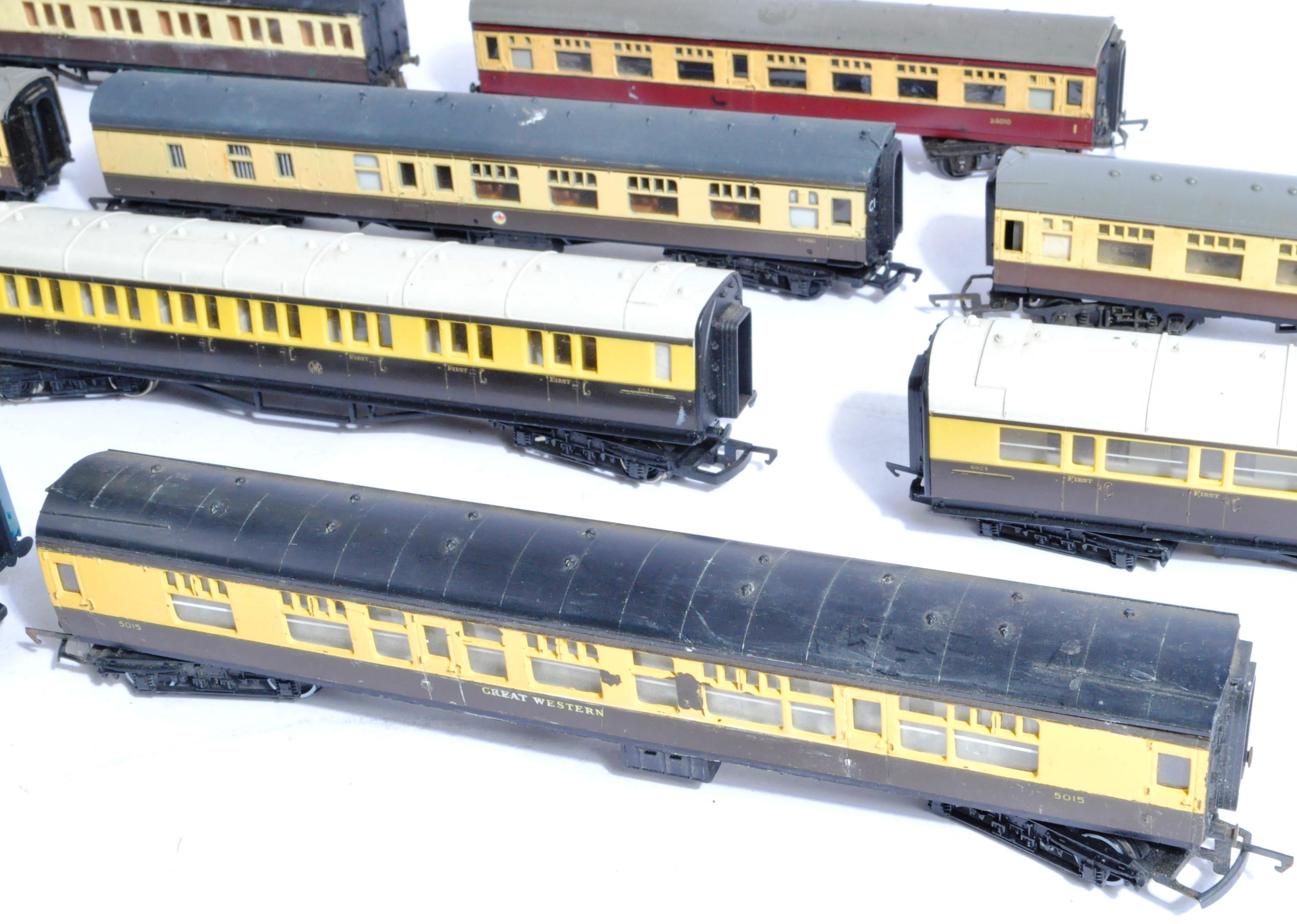 MODEL RAILWAYS - COLLECTION OF 00 GAUGE COACHES - Image 3 of 5