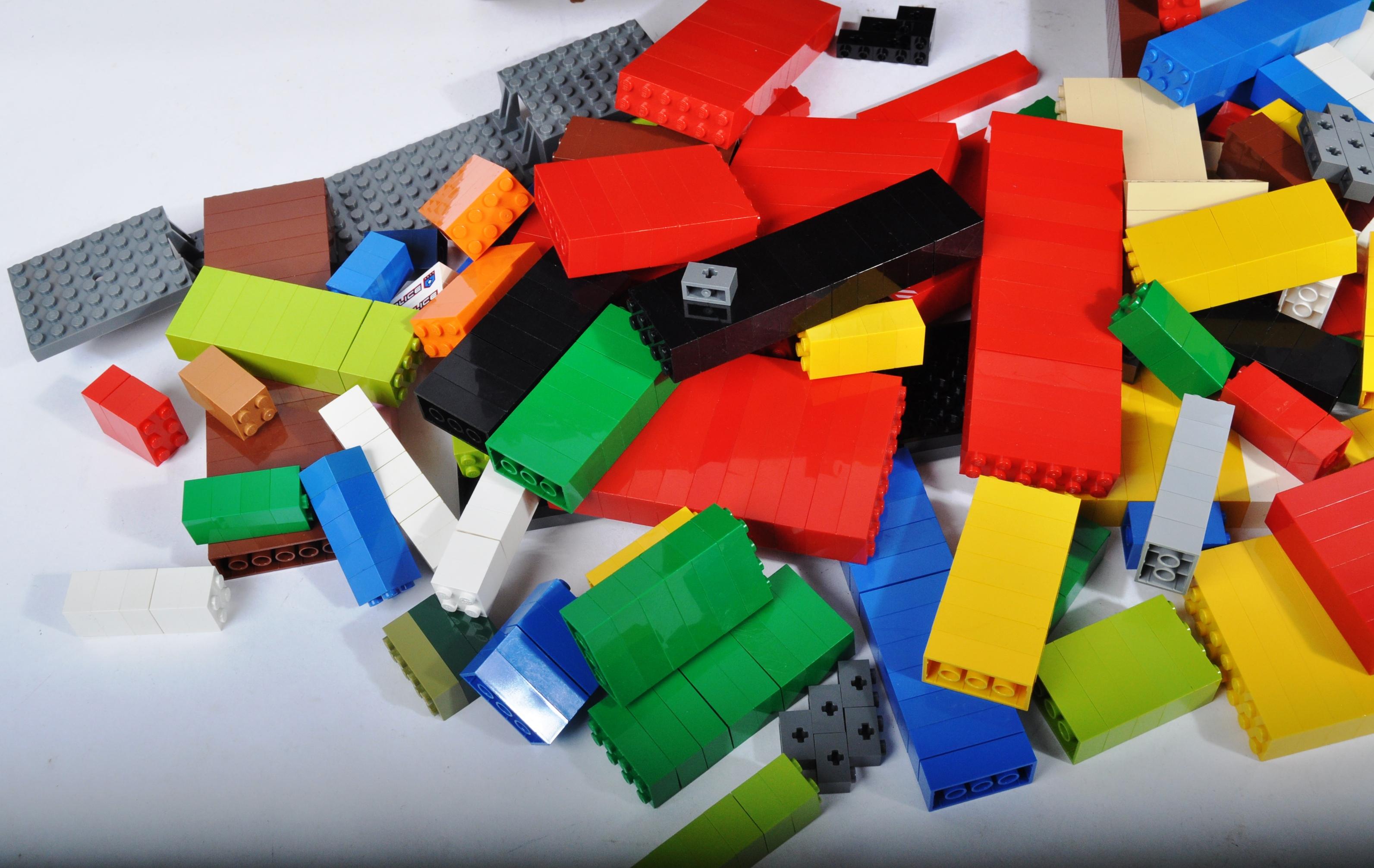 LARGE ASSORTMENT OF LOOSE LEGO BRICKS - Image 4 of 4