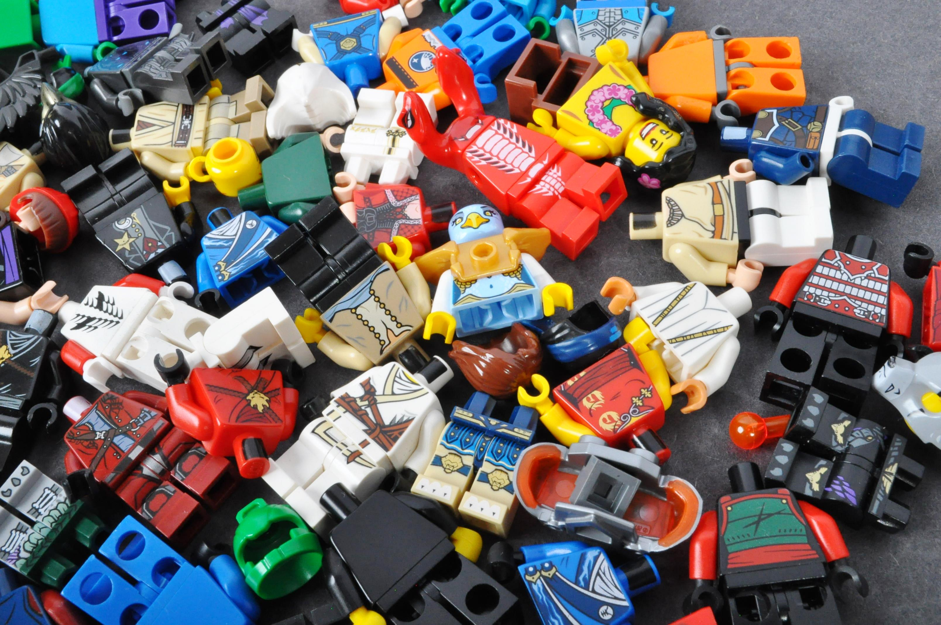 LEGO MINIFIGURES - COLLECTION OF ASSORTED LEGO MINIFIGURE PARTS - Image 5 of 5