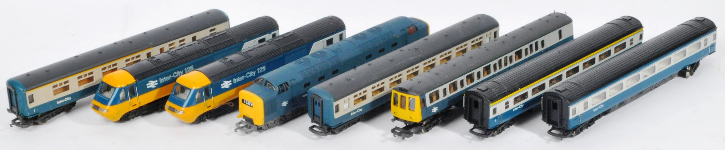 COLLECTION OF ASSORTED DIESEL 00 GAUGE TRAINSET LOCOMOTIVES & CARRIAGES
