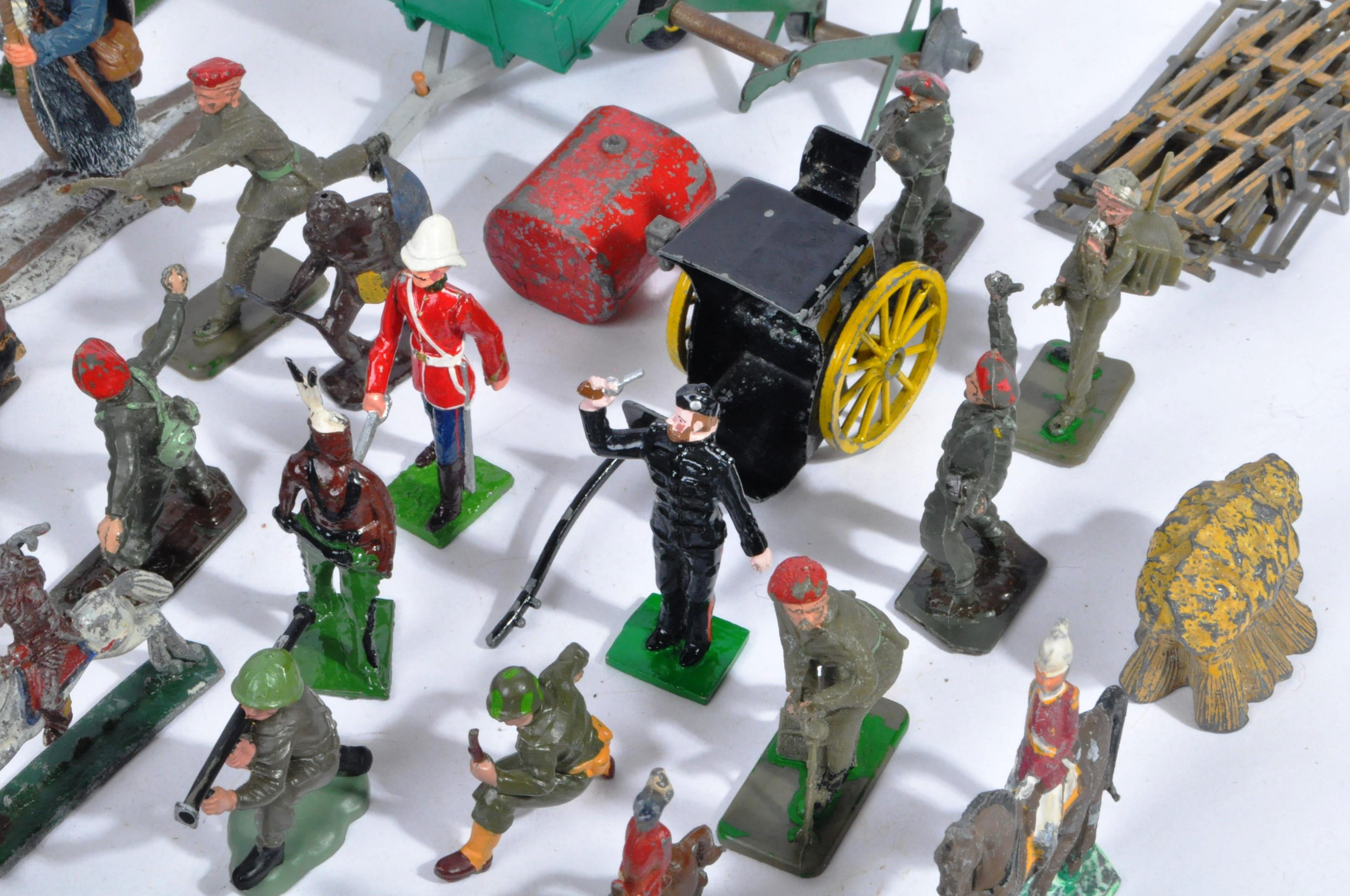 LARGE COLLECTION OF ASSORTED LEAD TOY SOLDIERS - Image 5 of 10
