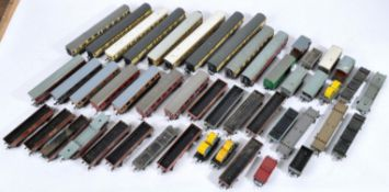 LARGE COLLETION OF ASSORTED 00 GAUGE ROLLING STOCK