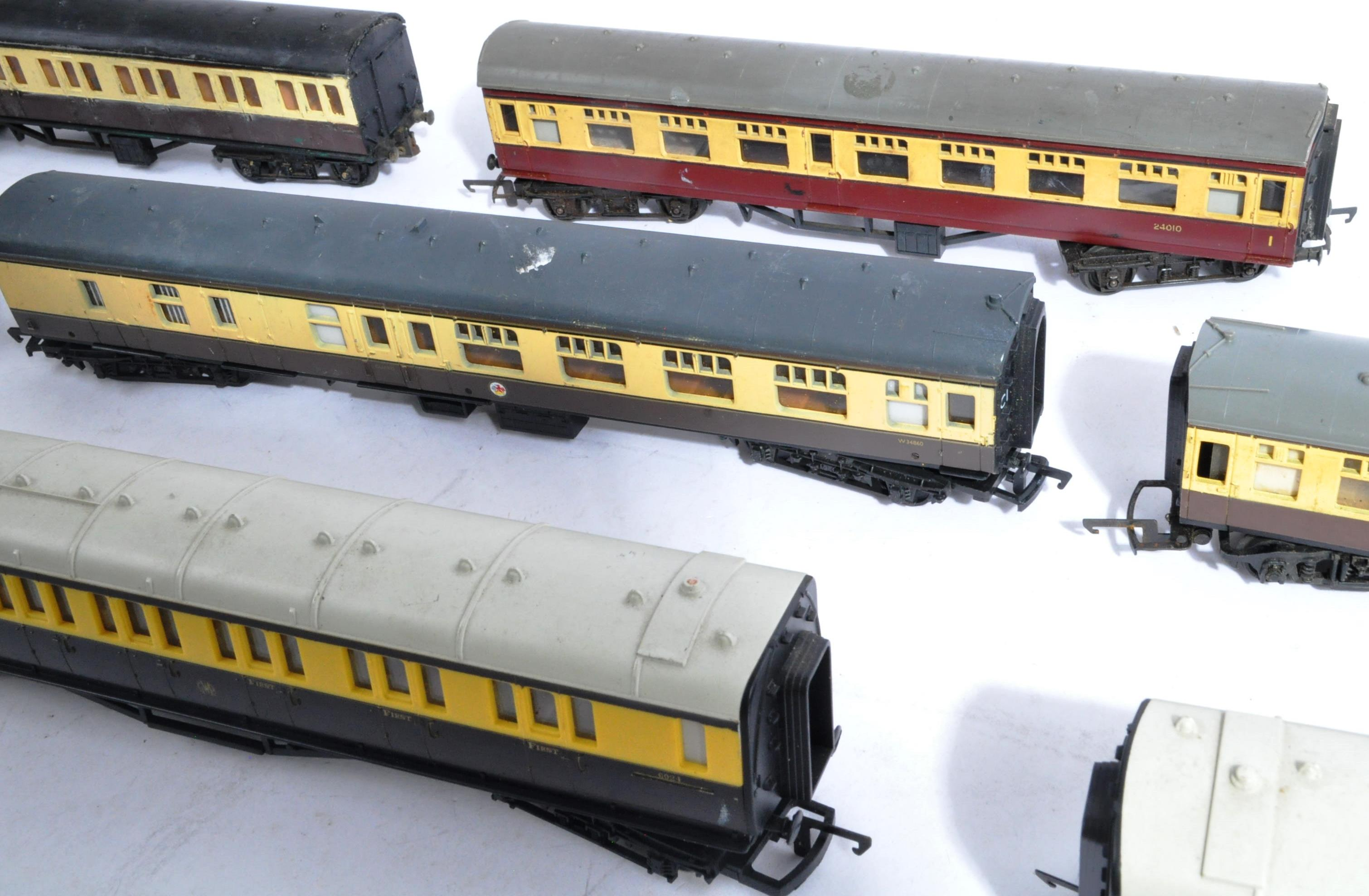 MODEL RAILWAYS - COLLECTION OF 00 GAUGE COACHES - Image 4 of 5