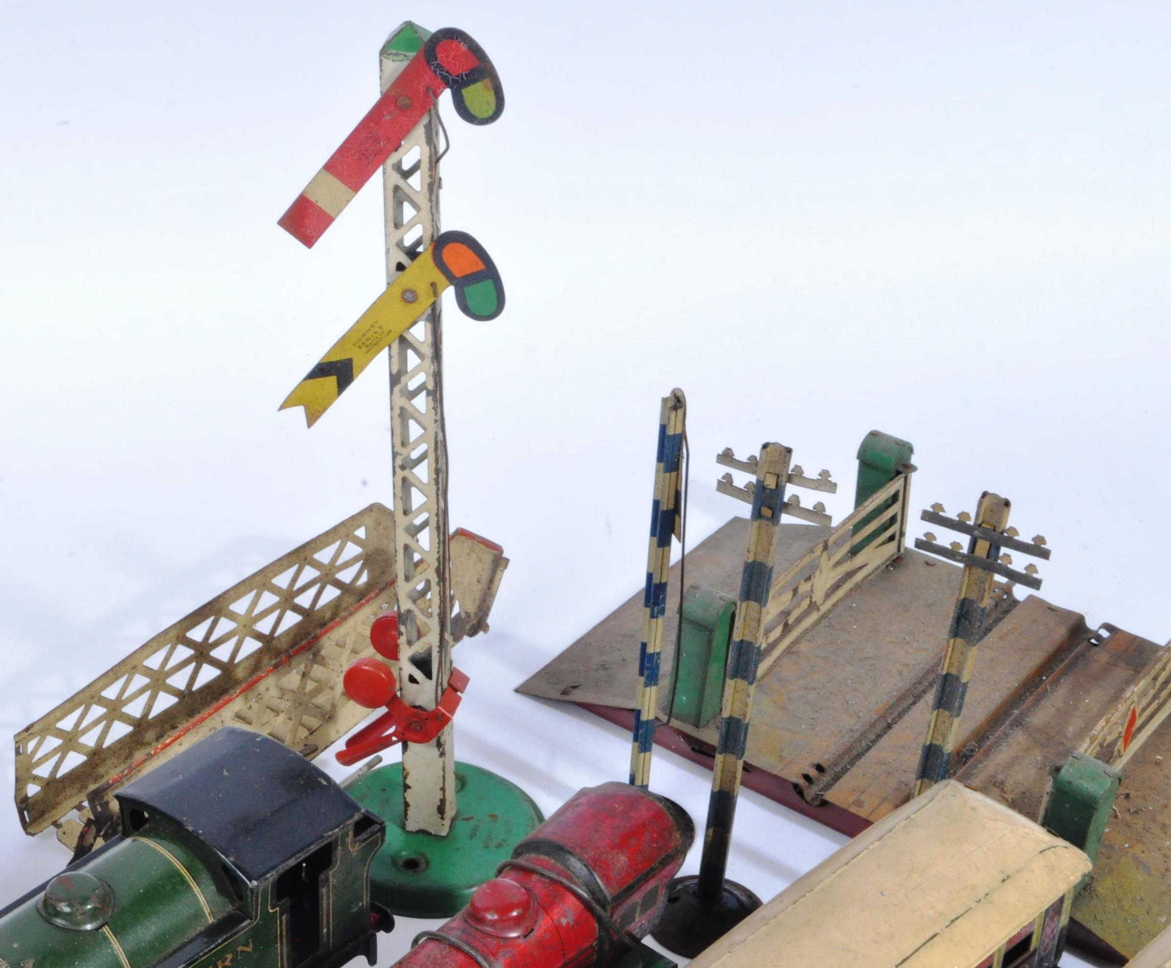 COLLECTION OF ASSORTED VINTAGE O GAUGE MODEL RAILWAY ITEMS - Image 5 of 8