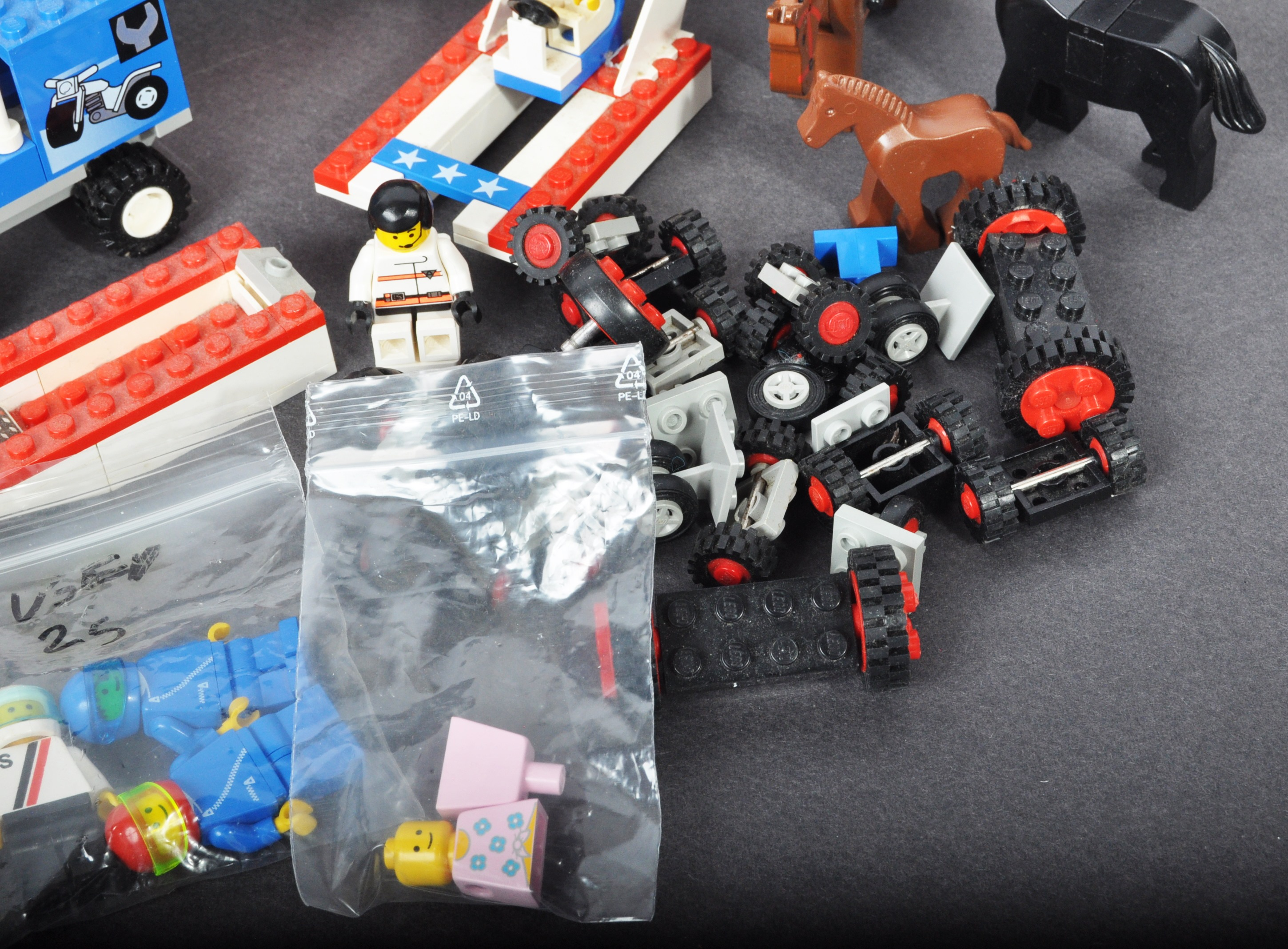 COLLECTION OF ASSORTED VINTAGE MINI LEGO SETS & MINIFIGURES - Image 7 of 10