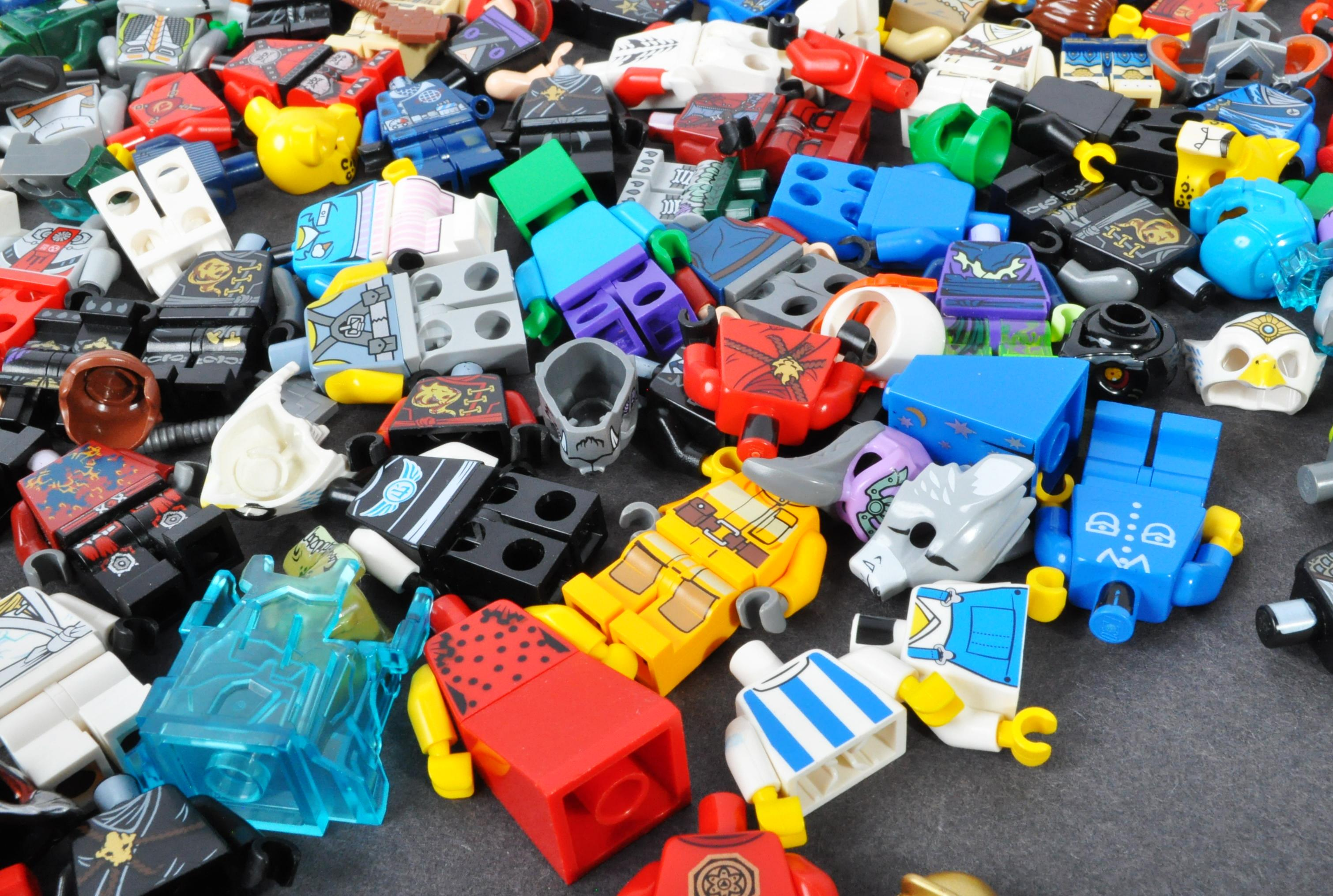 LEGO MINIFIGURES - COLLECTION OF ASSORTED LEGO MINIFIGURE PARTS - Image 4 of 5