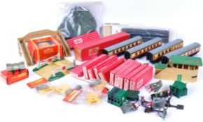 COLLECTION OF ASSORTED VINTAGE HORNBY 00 GAUGE TRAINSET ITEMS