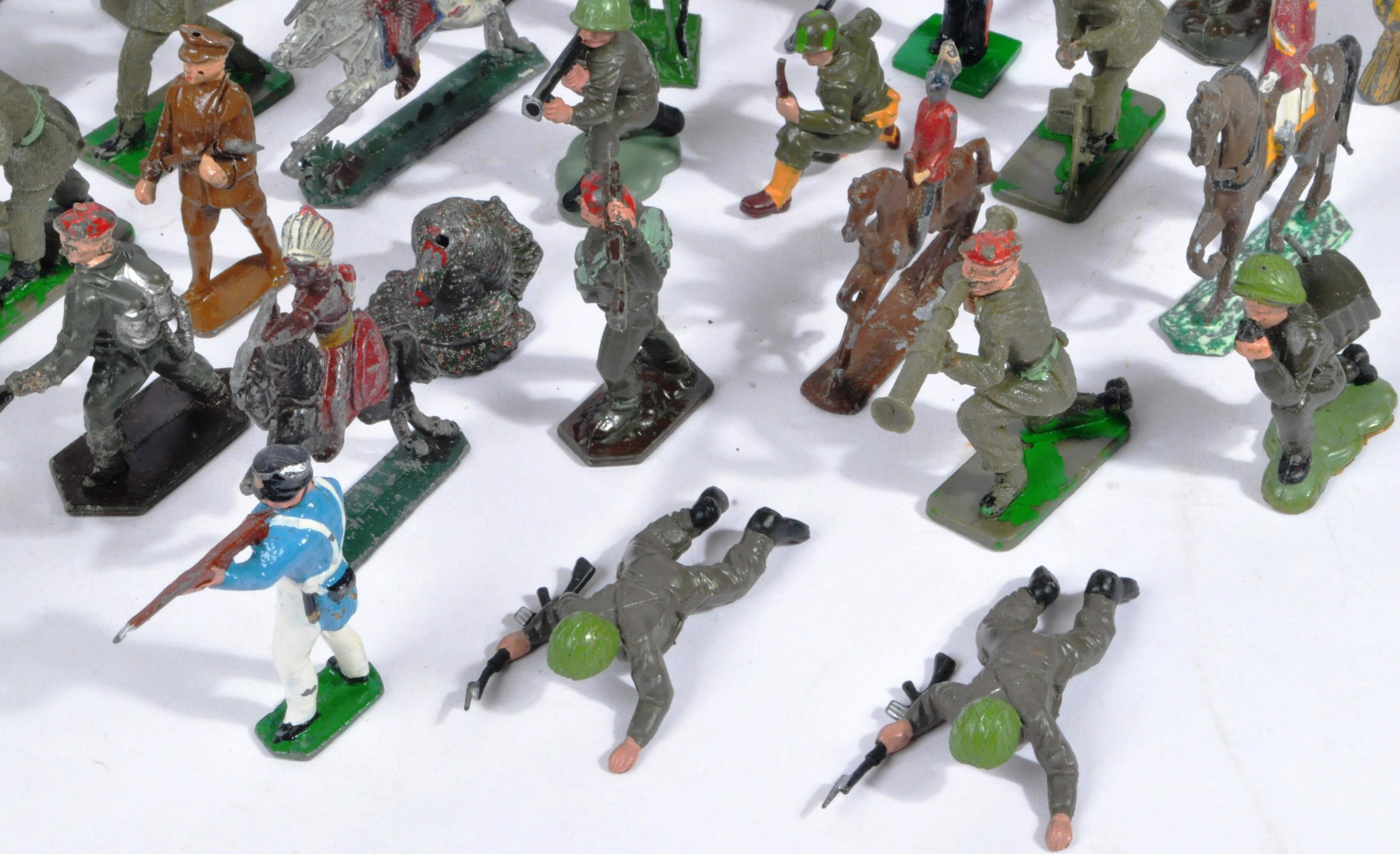 LARGE COLLECTION OF ASSORTED LEAD TOY SOLDIERS - Image 4 of 10