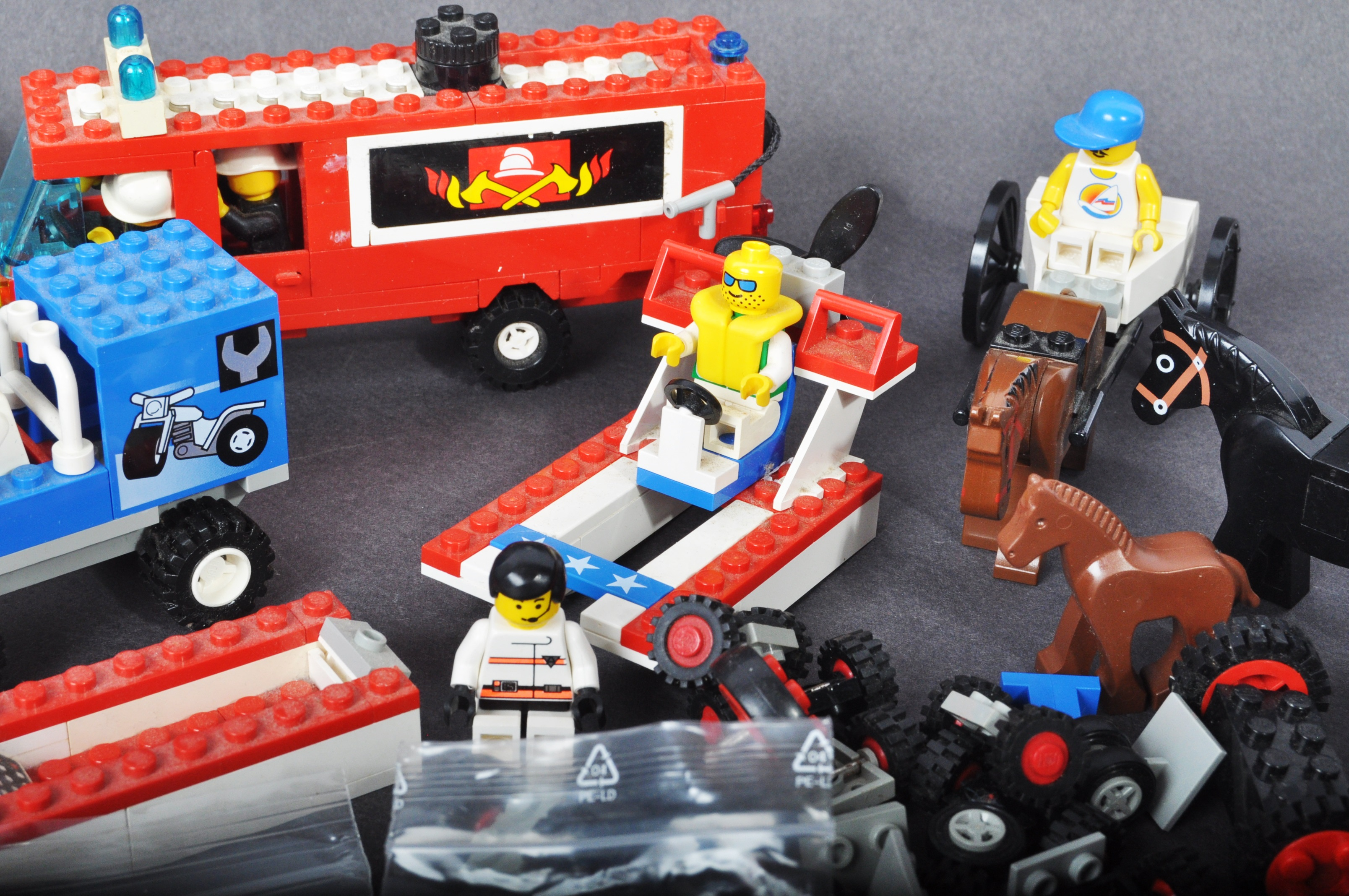 COLLECTION OF ASSORTED VINTAGE MINI LEGO SETS & MINIFIGURES - Image 6 of 10