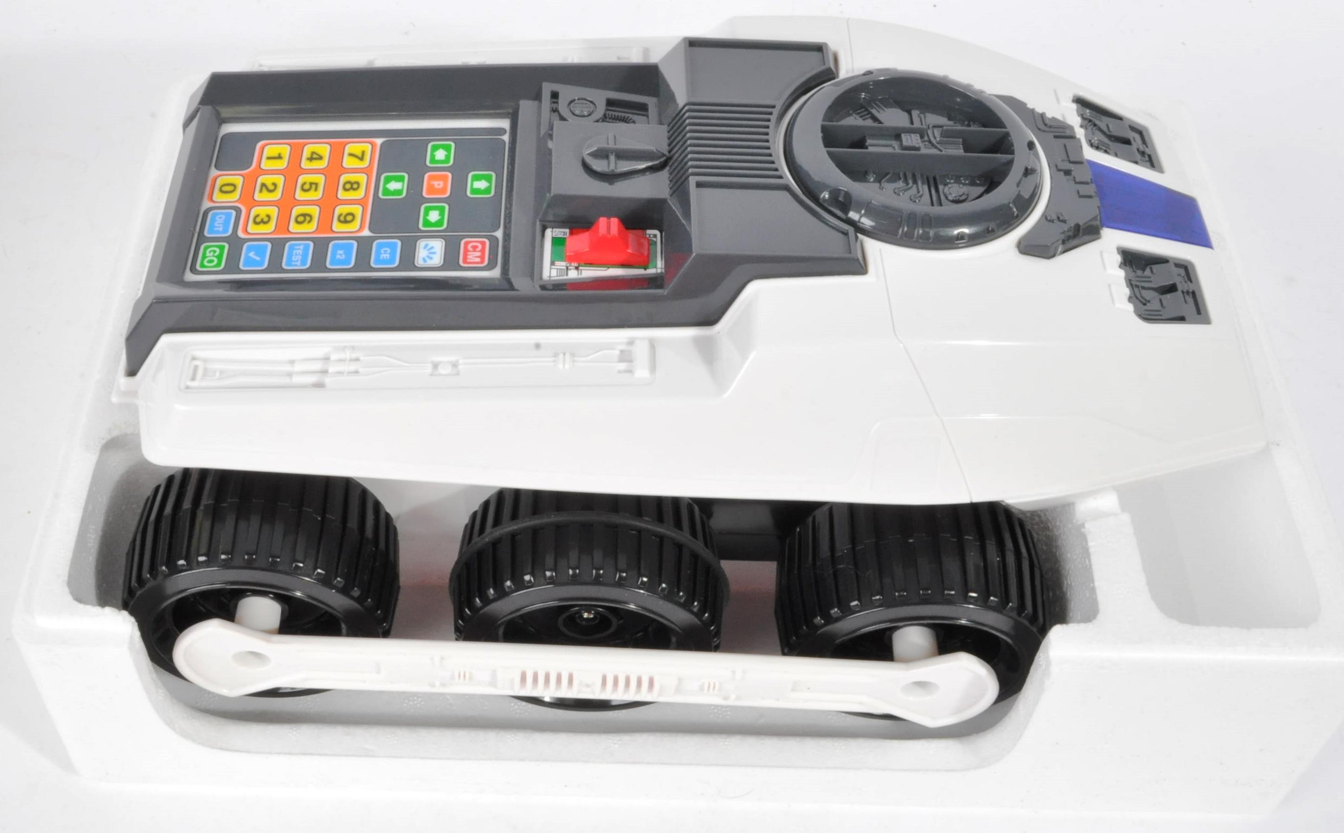 COLLECTION OF ASSORTED VINTAGE ELECTRONIC TOYS AND GAMES - Image 7 of 7