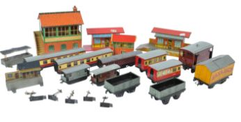COLLECTION OF ASSORTED HORNBY O / OO GAUGE MODEL RAILWAY ITEMS