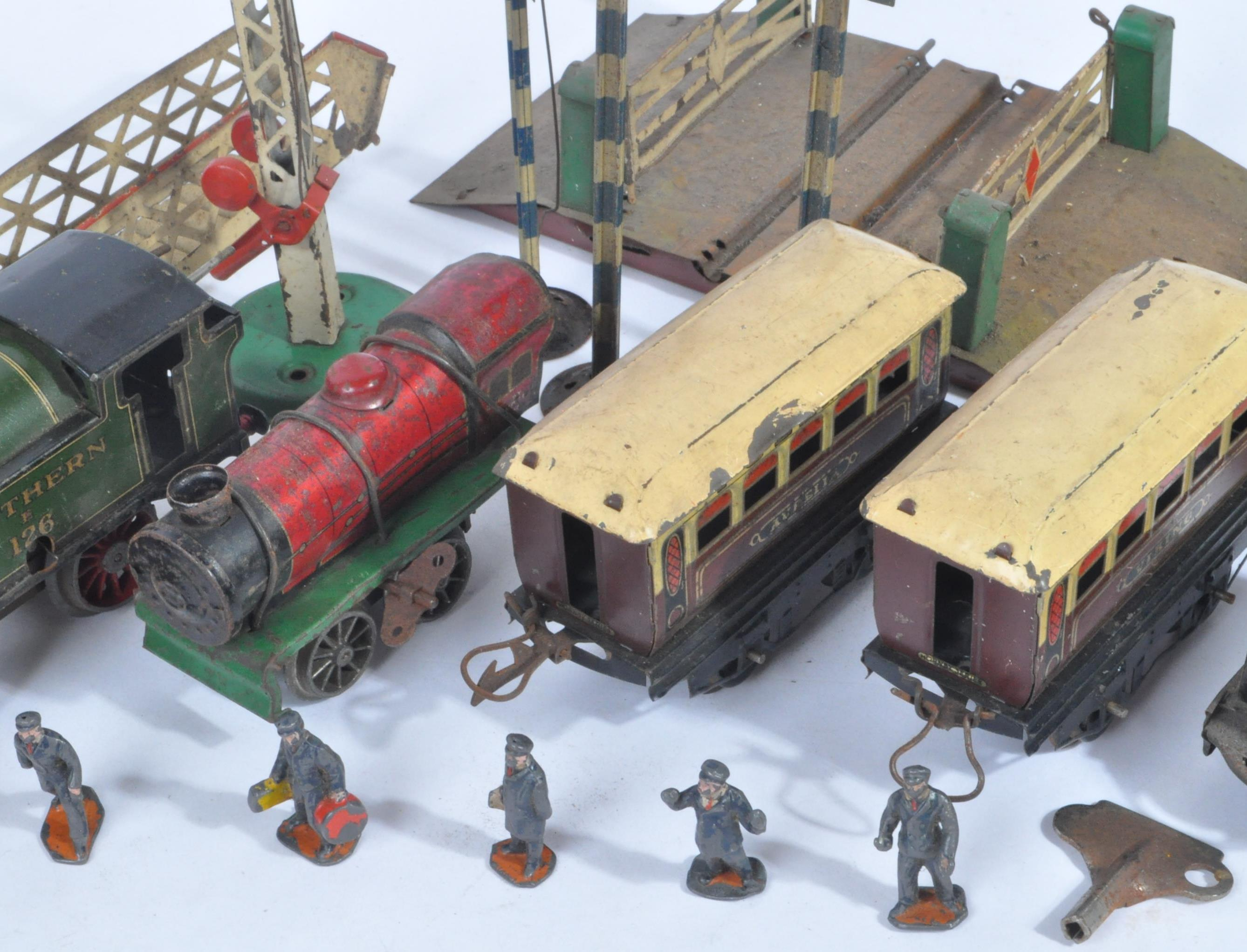 COLLECTION OF ASSORTED VINTAGE O GAUGE MODEL RAILWAY ITEMS - Image 6 of 8