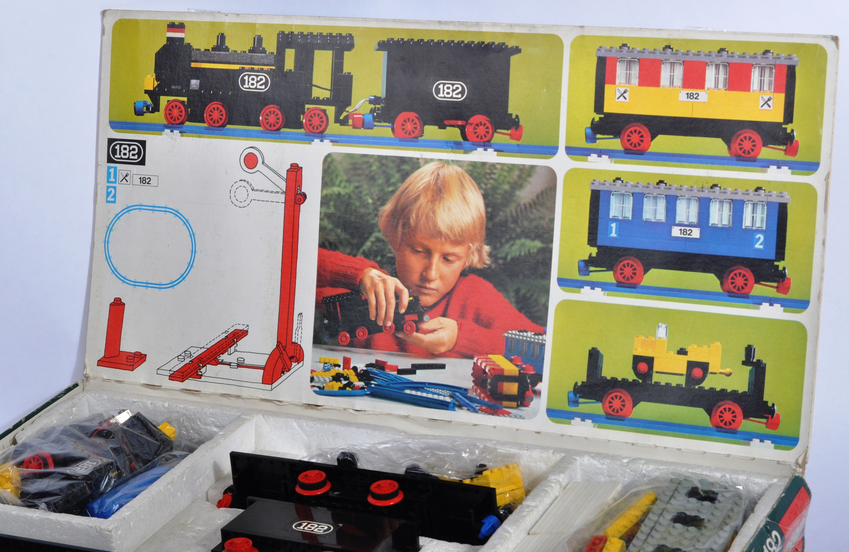 LEGO SET - 182 - TRAIN SET WITH MOTOR AND TRACK - Image 2 of 14