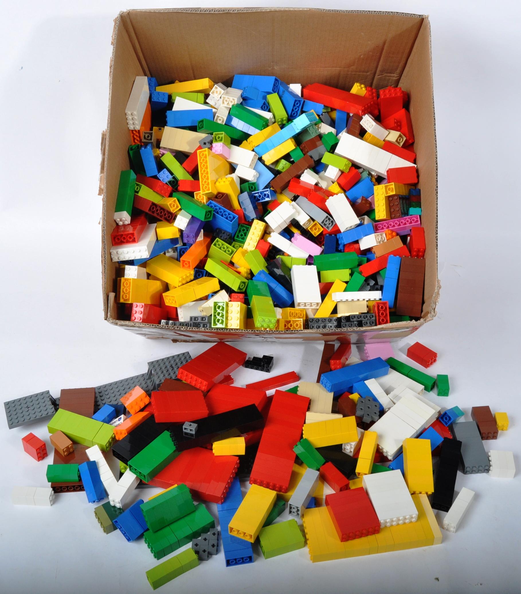 LARGE ASSORTMENT OF LOOSE LEGO BRICKS