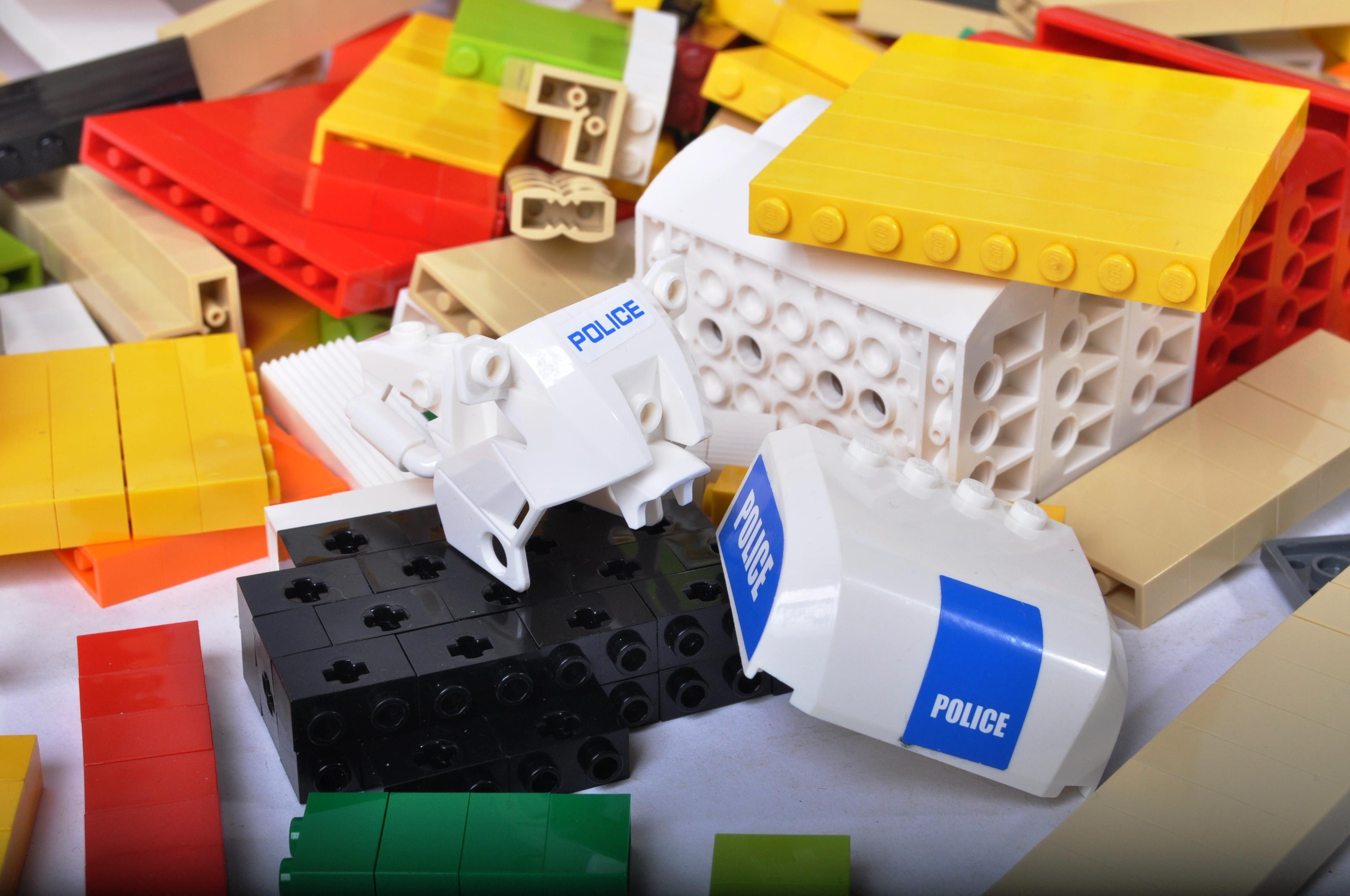 LARGE QUANTITY OF ASSORTED LOOSE LEGO BRICKS - Image 4 of 5