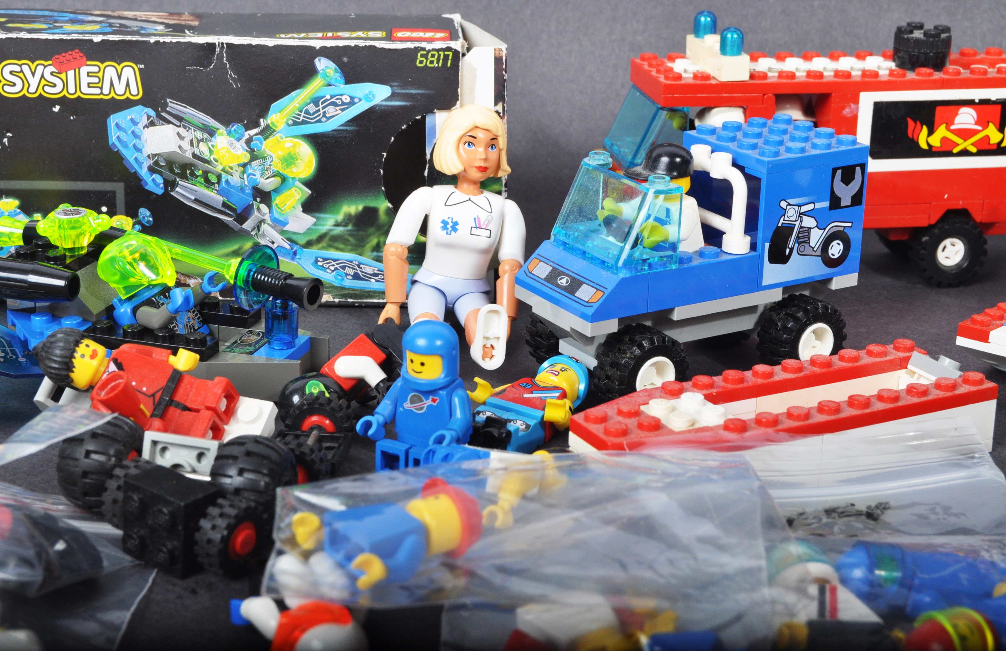 COLLECTION OF ASSORTED VINTAGE MINI LEGO SETS & MINIFIGURES - Image 5 of 10