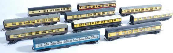 MODEL RAILWAYS - COLLECTION OF 00 GAUGE COACHES