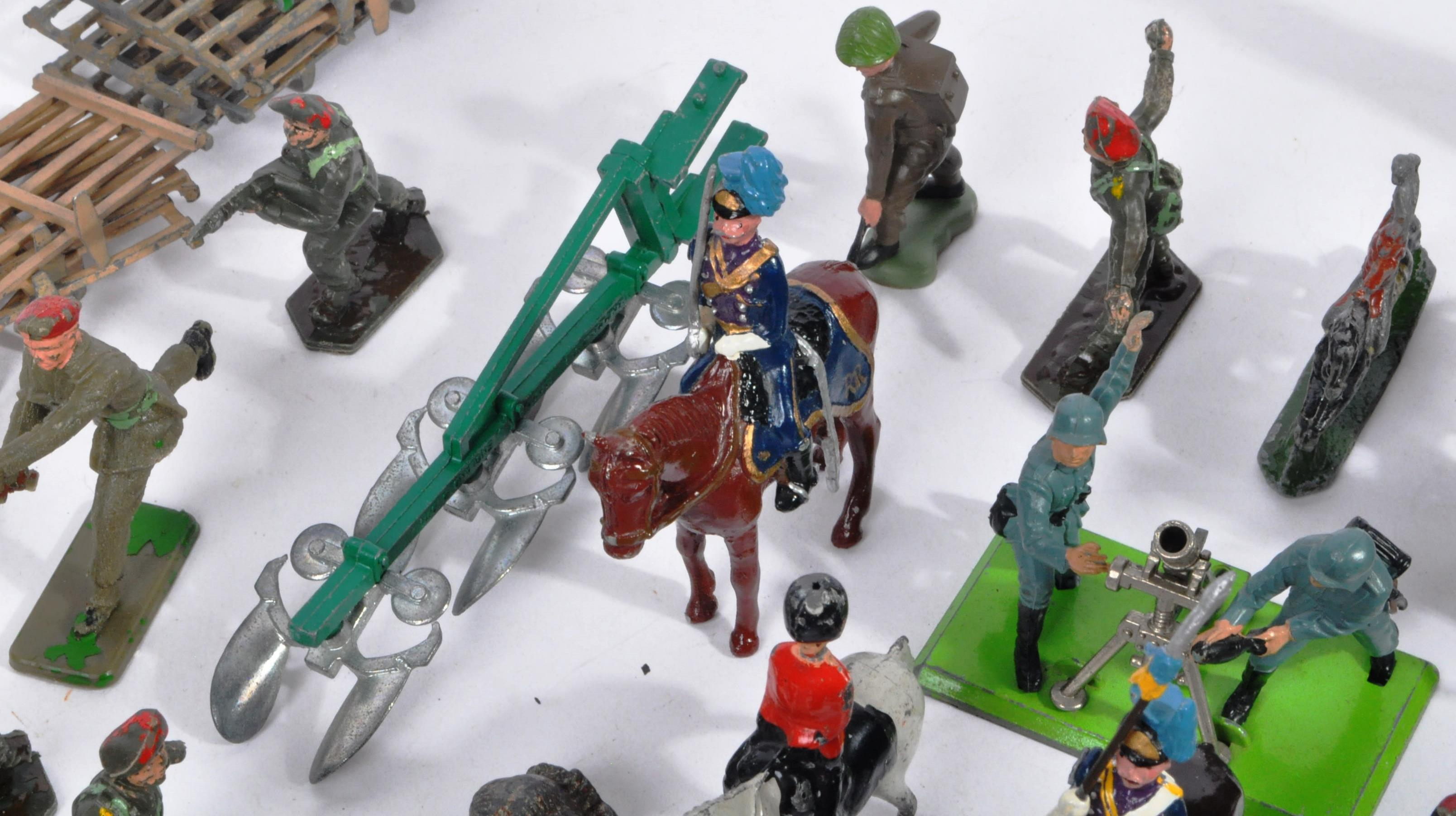 LARGE COLLECTION OF ASSORTED LEAD TOY SOLDIERS - Image 7 of 10
