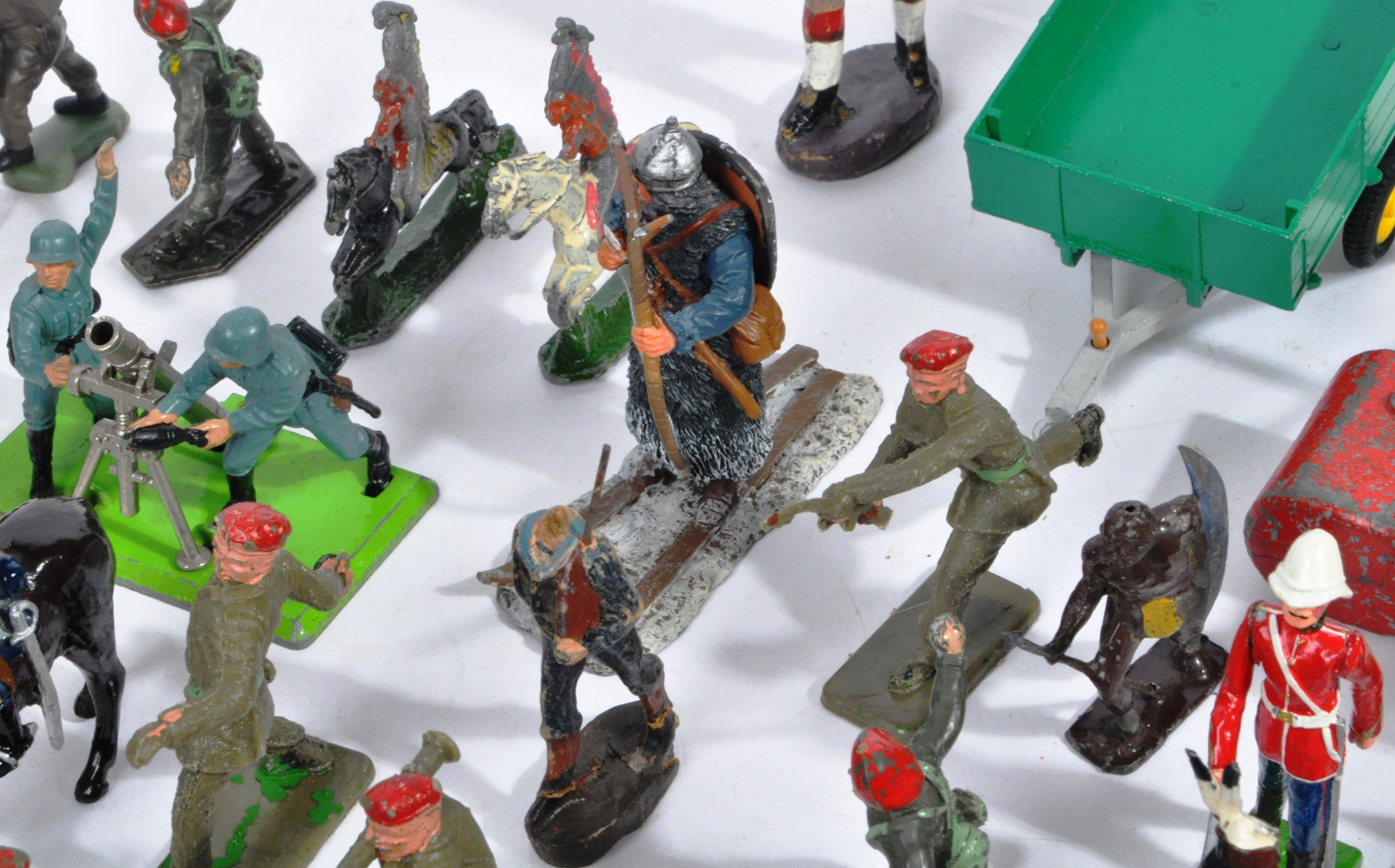 LARGE COLLECTION OF ASSORTED LEAD TOY SOLDIERS - Image 10 of 10
